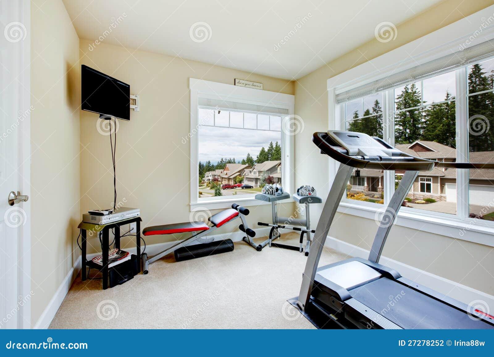 Home idrottshall med utrustning, vikter och TV:N.