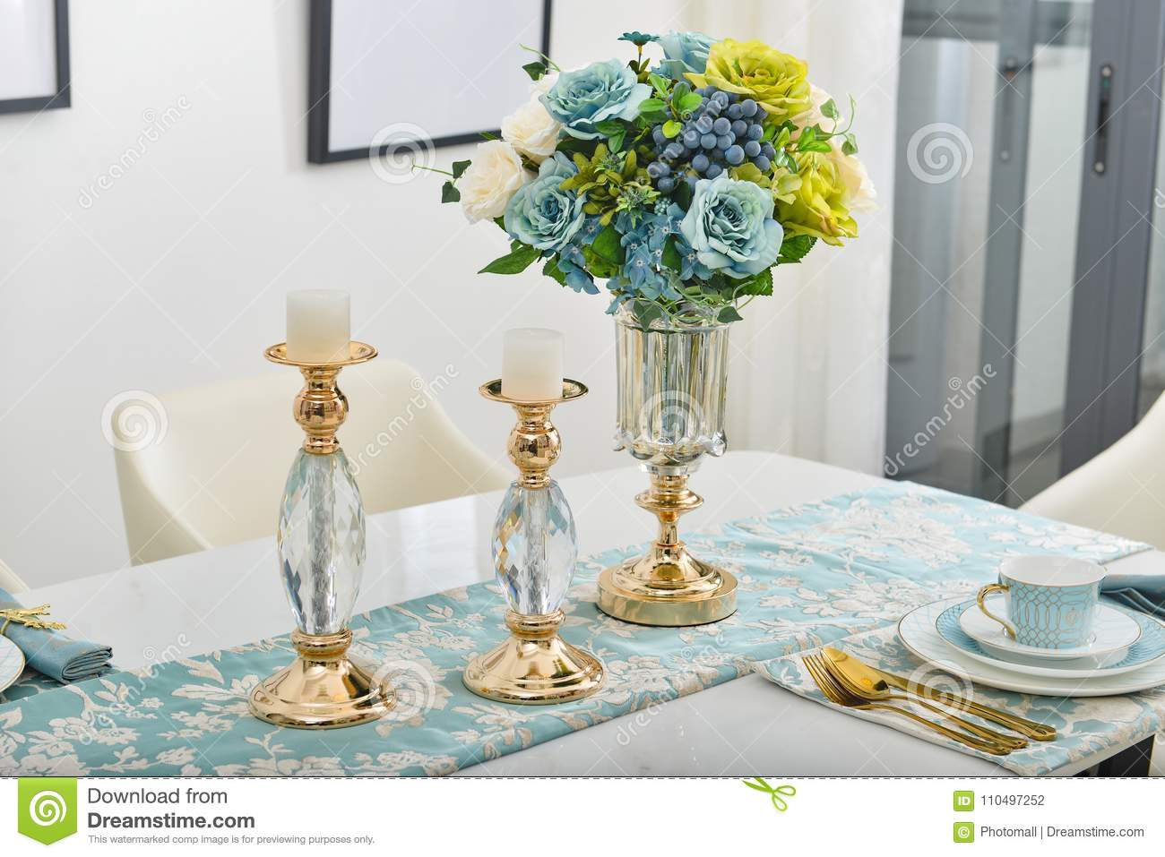 Home Interior Decor,dining Room , Bouquet In Glass Vase ...