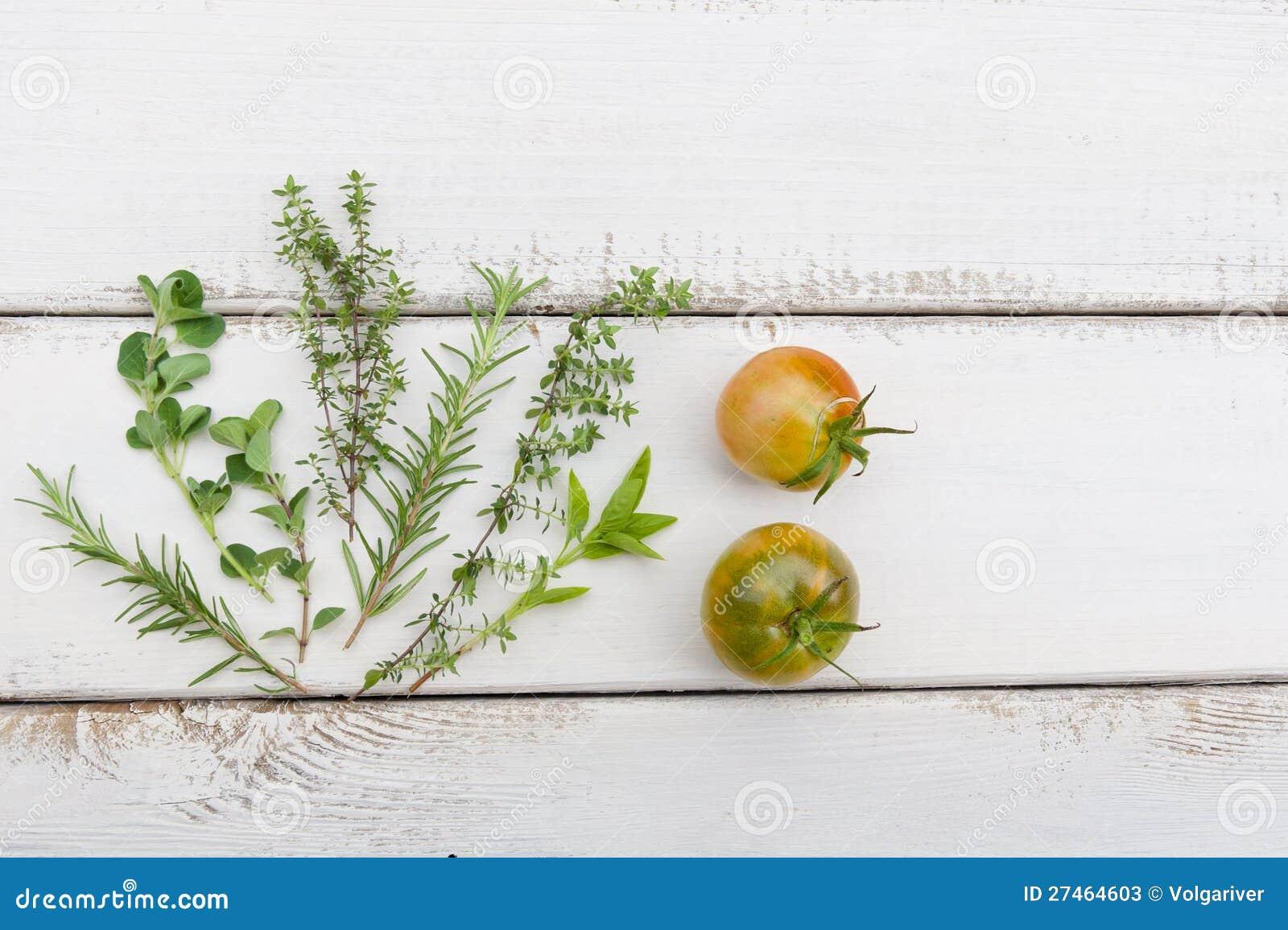 Homegrown Kräuter und Tomaten auf rustikalem hölzernem Vorstand