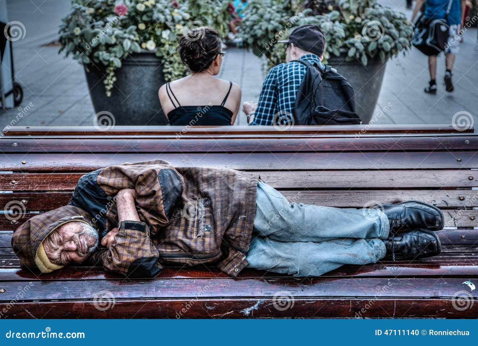 Пьяные на улице спят на скамейке 4 фотография