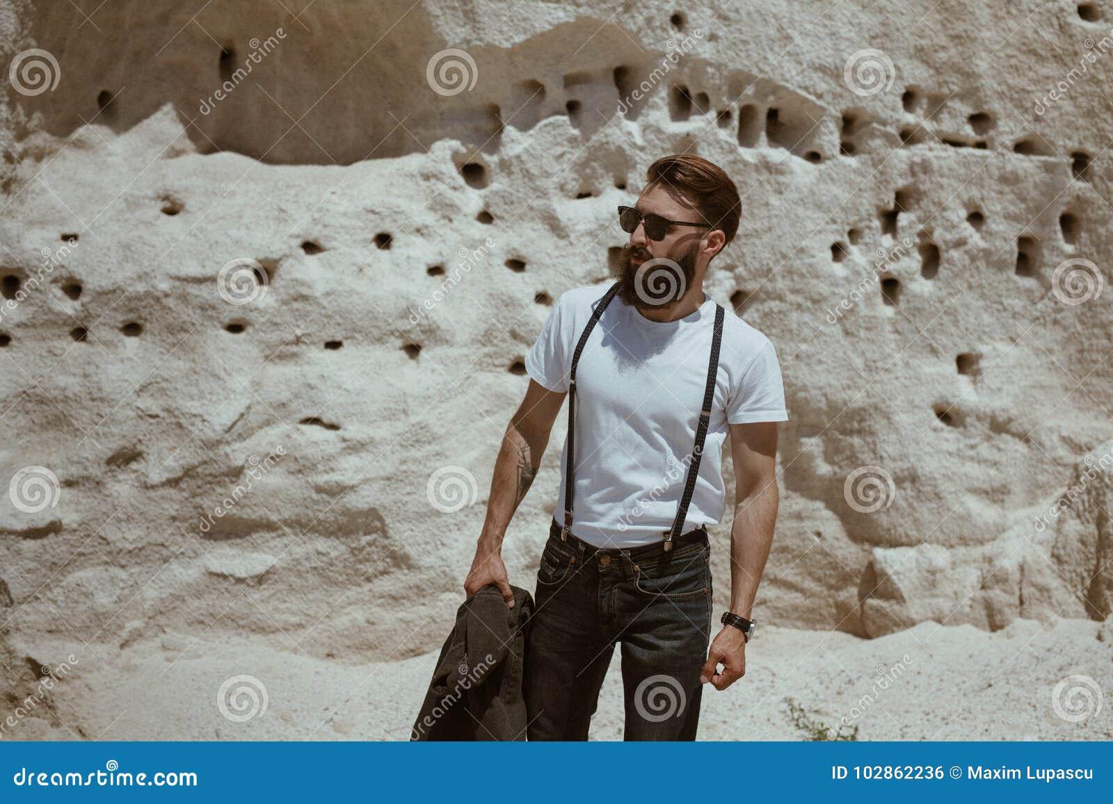 Homem à Moda Que Está Na Parede Da Pedra Calcária Foto de Stock ... 94da6bb2c7