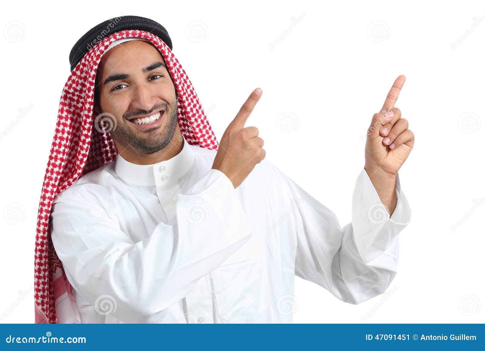 Homem árabe do apresentador do saudita que apresenta apontar no lado