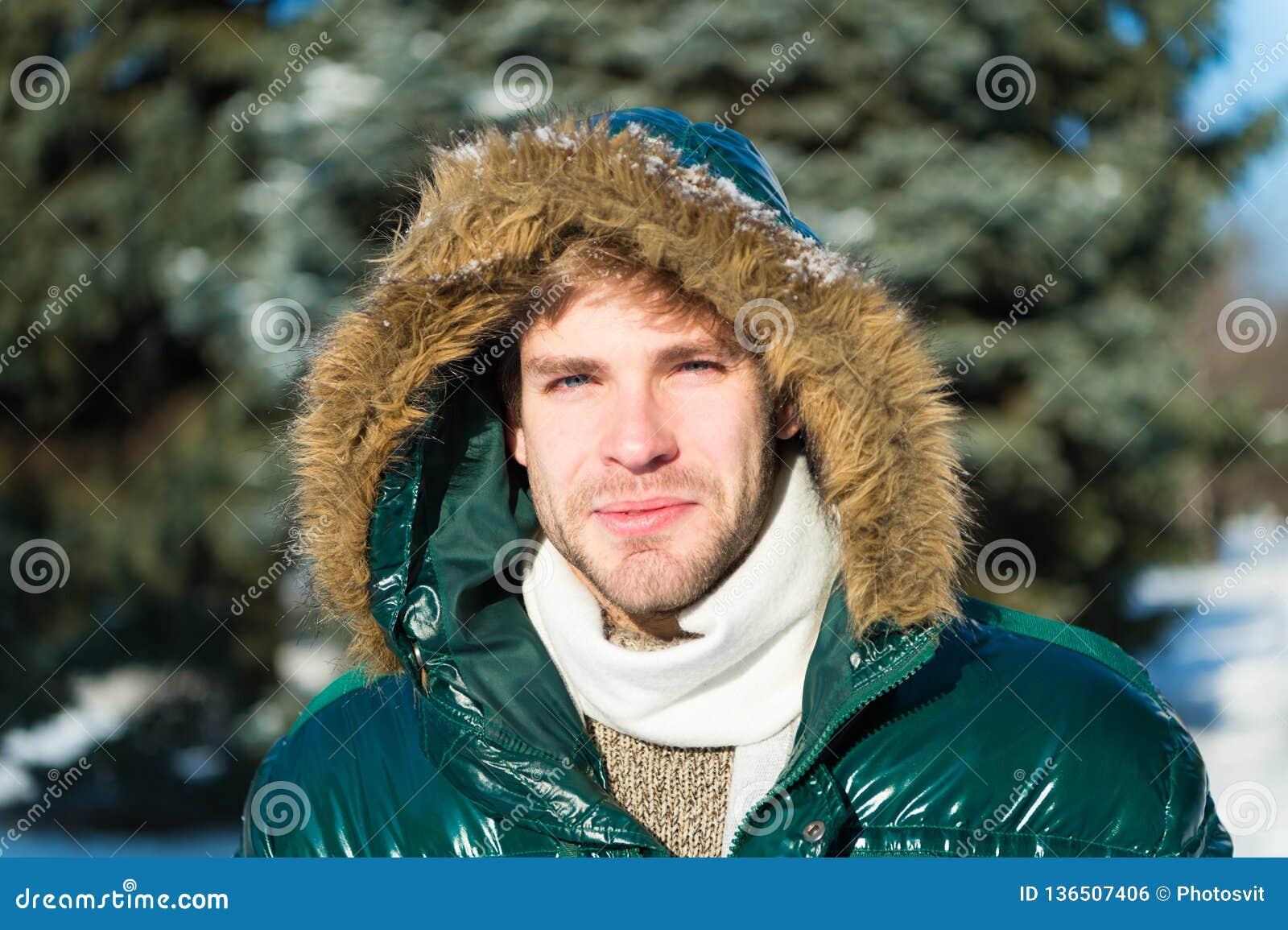 Homem É parte externa fria Floresta na neve Tien Shan Férias no inverno homem em feriados de inverno Tempo nevado trendy