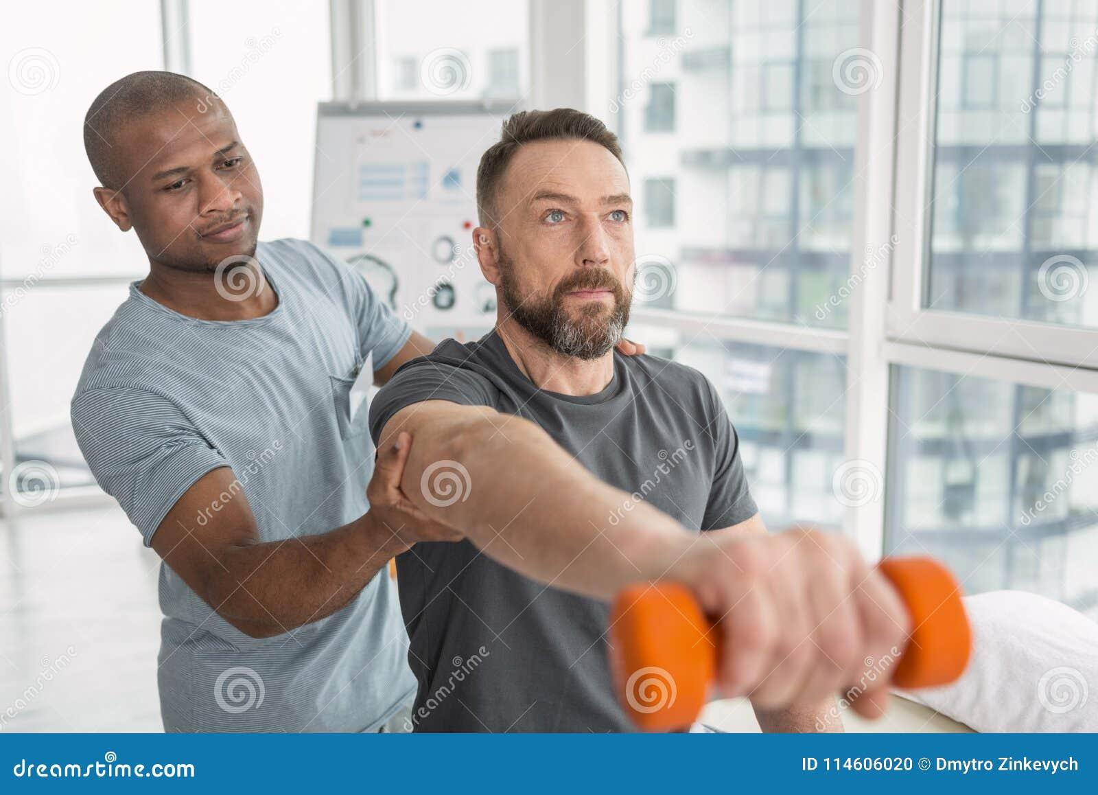 Homem adulto agradável que faz um exercício físico