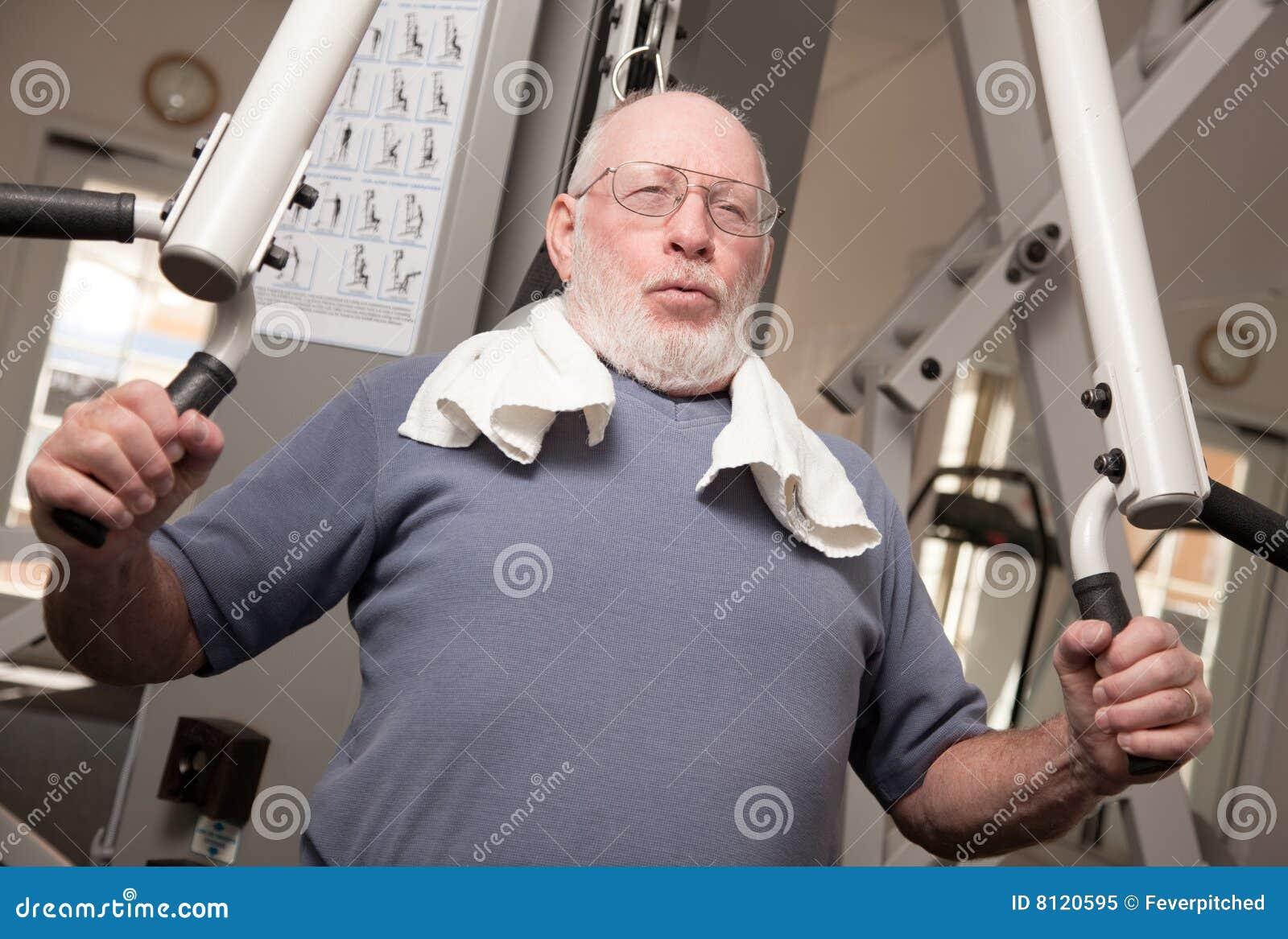 Homem adulto sênior na ginástica