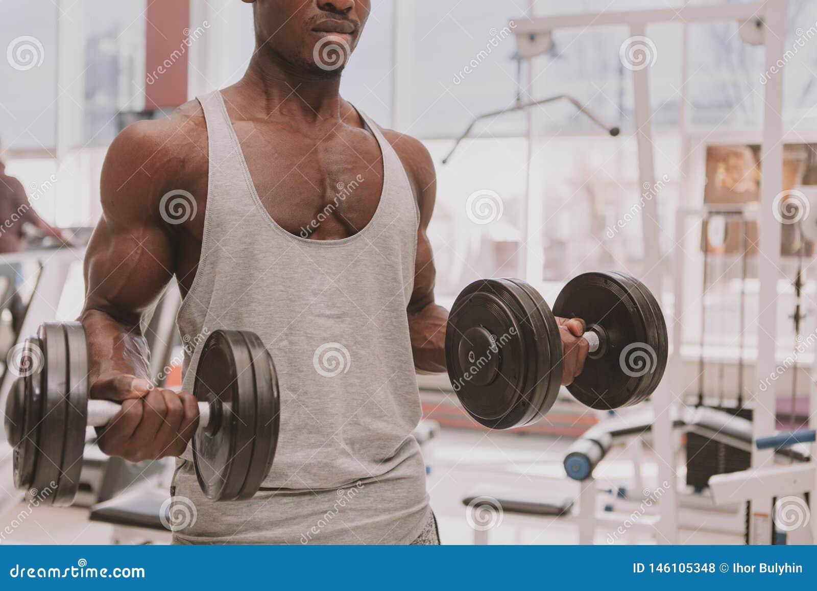 Homem africano atl?tico que d? certo com pesos no gym
