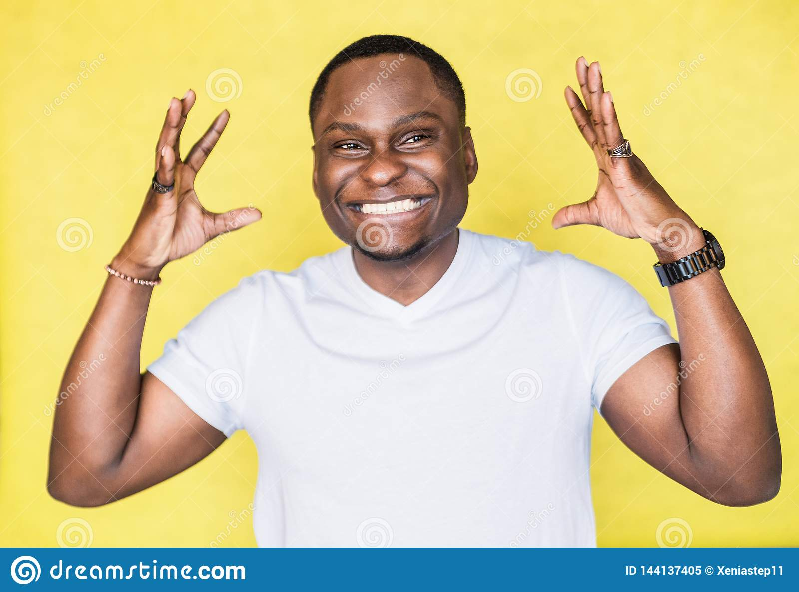 Homem afro-americano consider?vel que mostra a algo o gesto grande pelas m?os