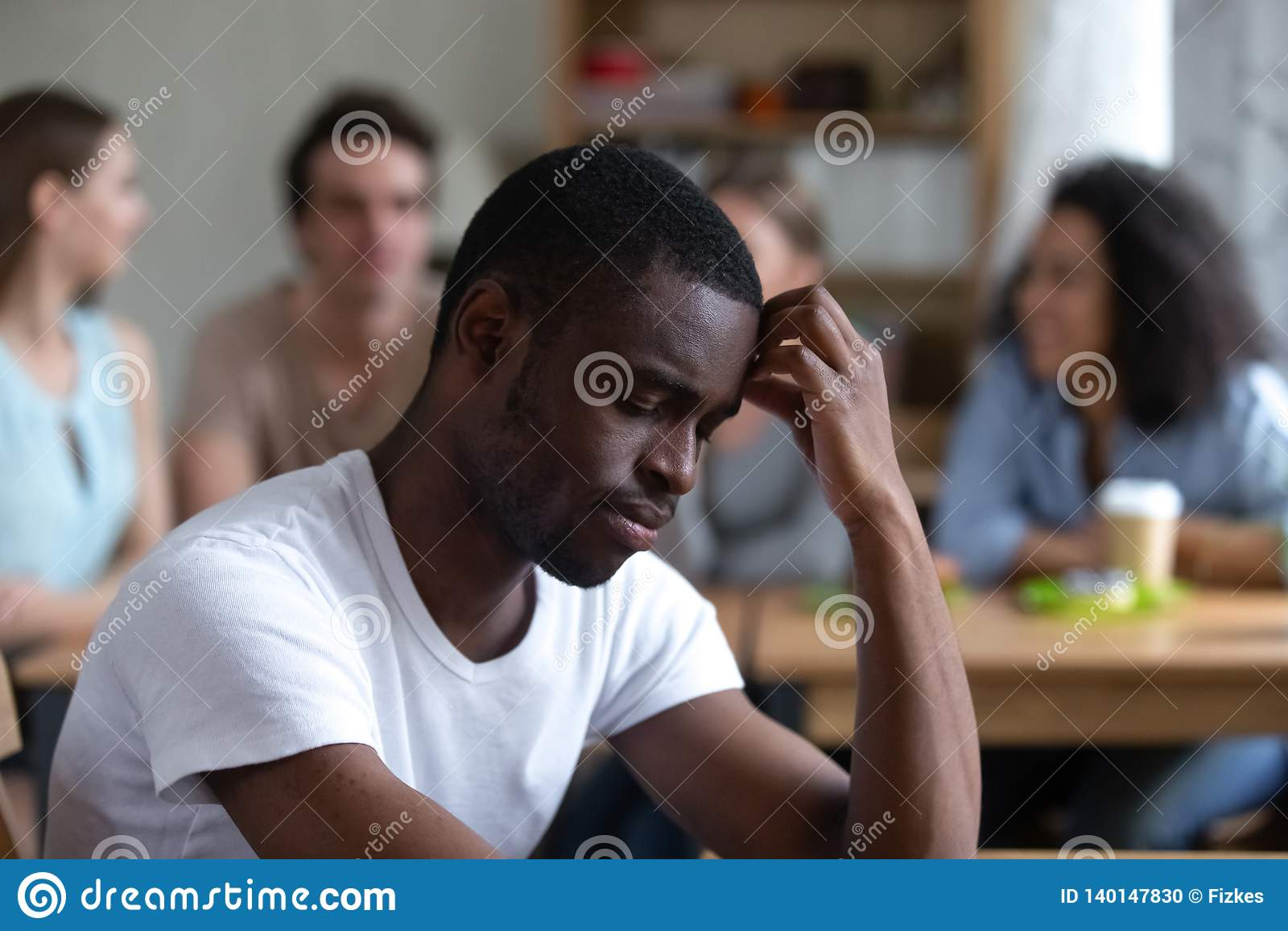 Homem afro-americano triste que sofre da discriminação tiranizando ou racial