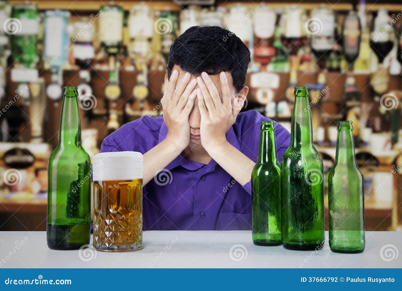 Homem alcoólico em uma barra