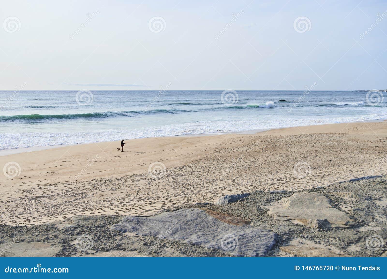Homem apenas na praia