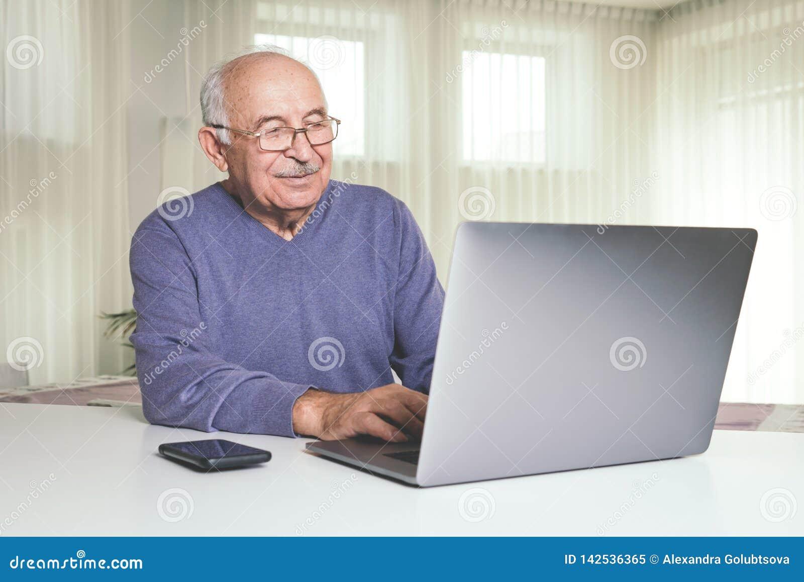 Homem aposentado que usa a informática em casa
