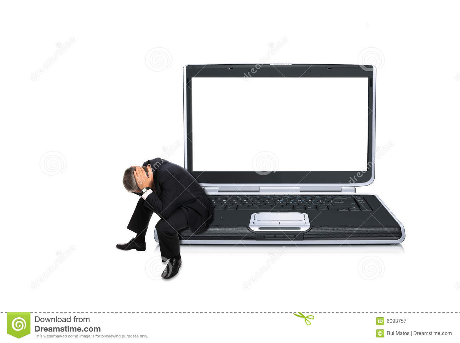 Homem assentado em um computador