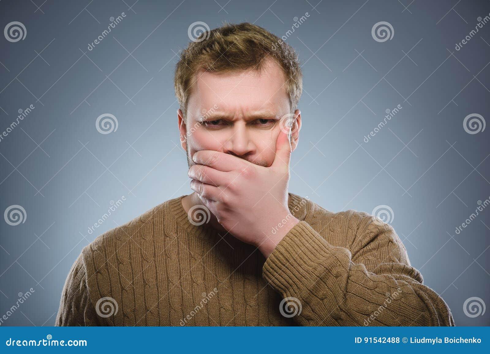 Homem assustado e chocado do close up Expressão humana da cara da emoção