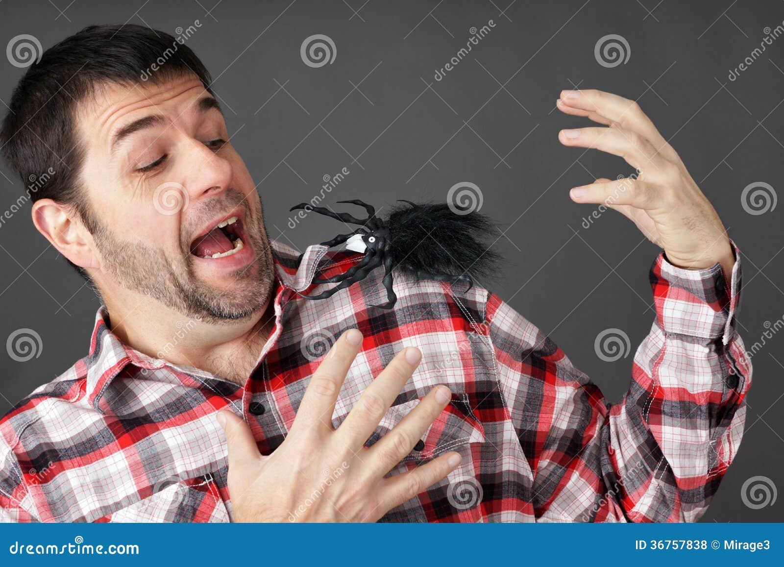 Homem assustado pela aranha falsificada