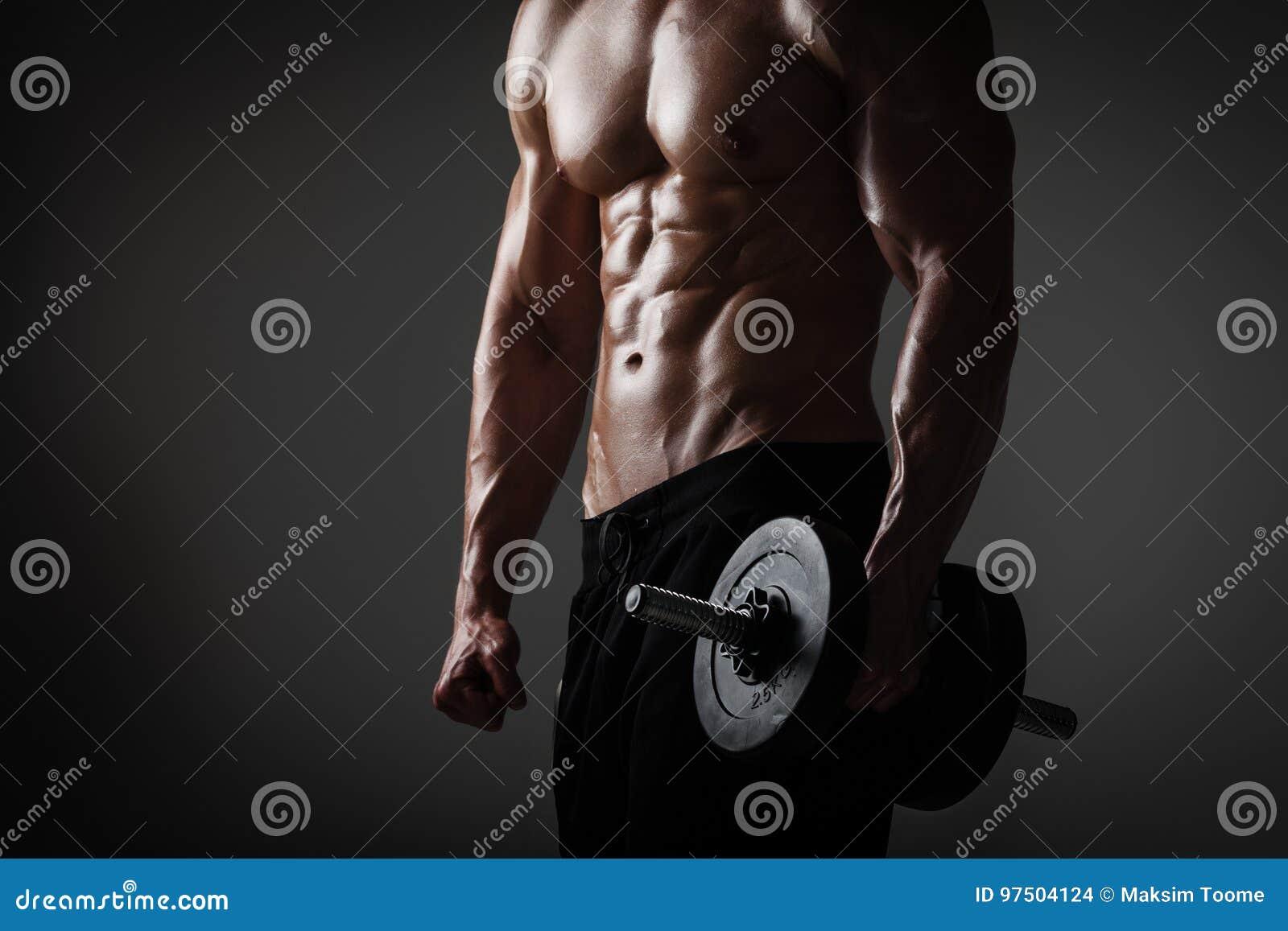 Homem atlético com pesos