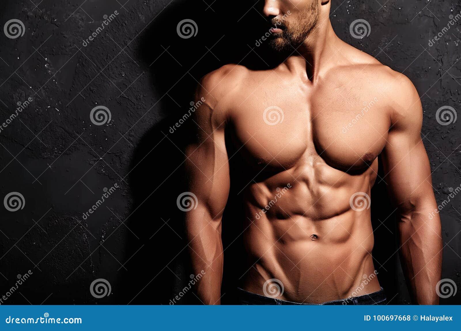 Homem atlético considerável saudável forte