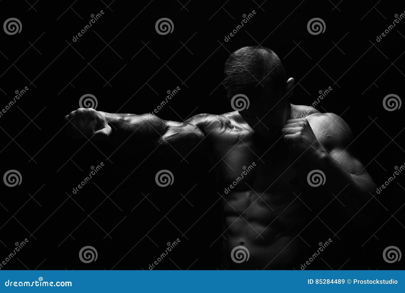 Homem atlético forte com perfurador despido do corpo muscular