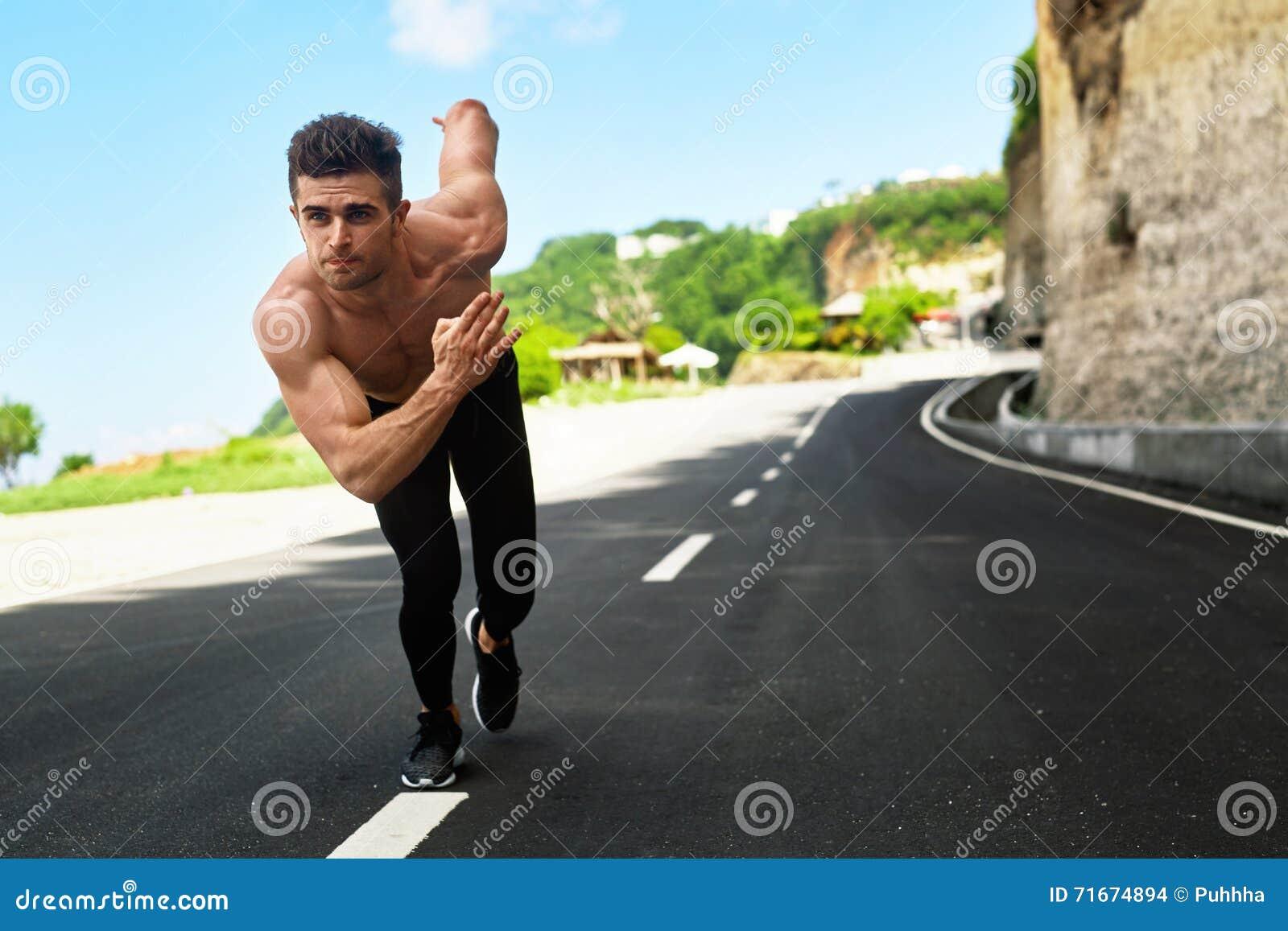 Homem atlético pronto para começar correr fora Conceito do exercício dos esportes