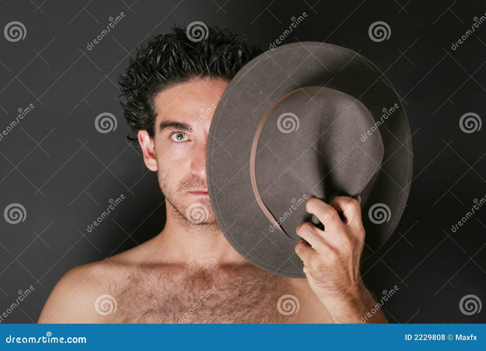 Homem atrativo com chapéu