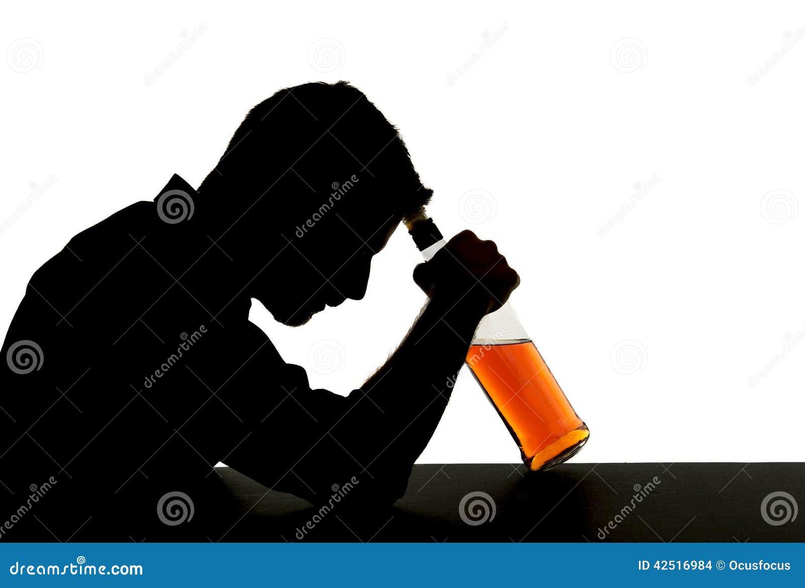 Homem bebido alcoólico com a garrafa de uísque na silhueta do apego de álcool