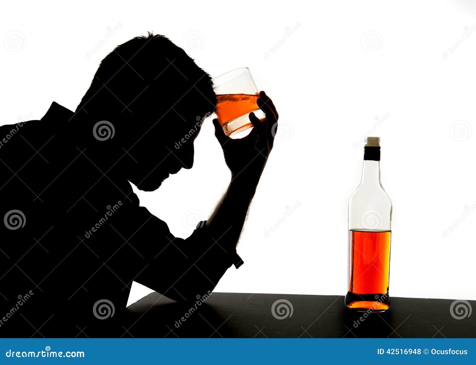 Homem bebido alcoólico com vidro do uísque na silhueta do apego de álcool