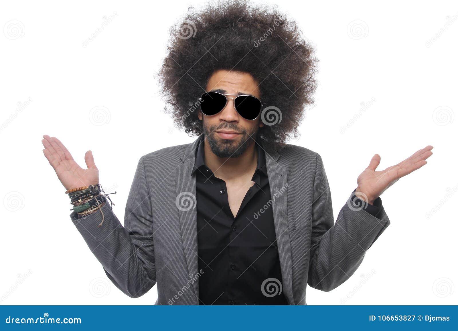 Homem bonito na frente de um fundo branco que faz expressões