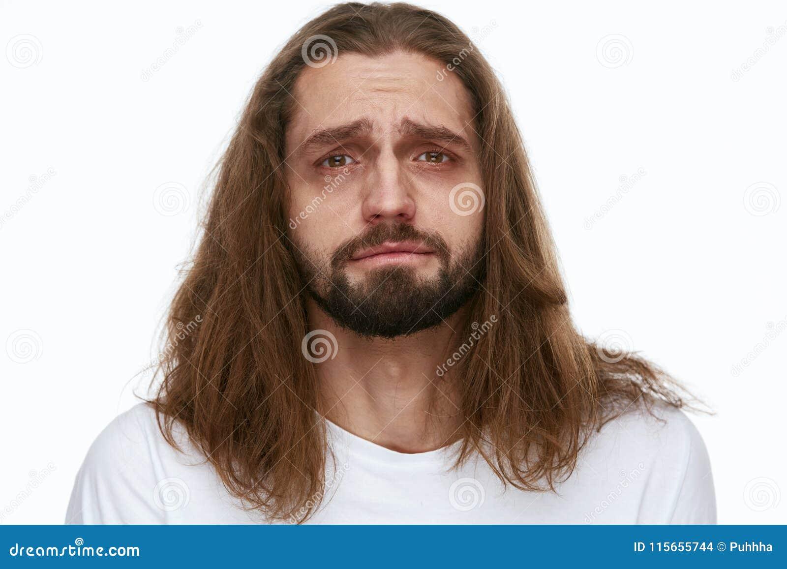 Homem cansado com círculos esgotados da cara e da obscuridade sob os olhos