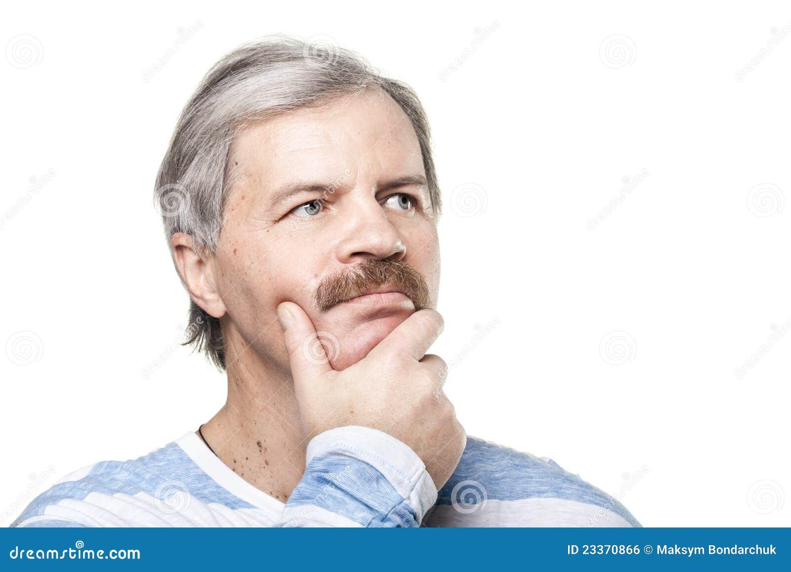 Homem caucasiano maduro pensativo isolado no branco