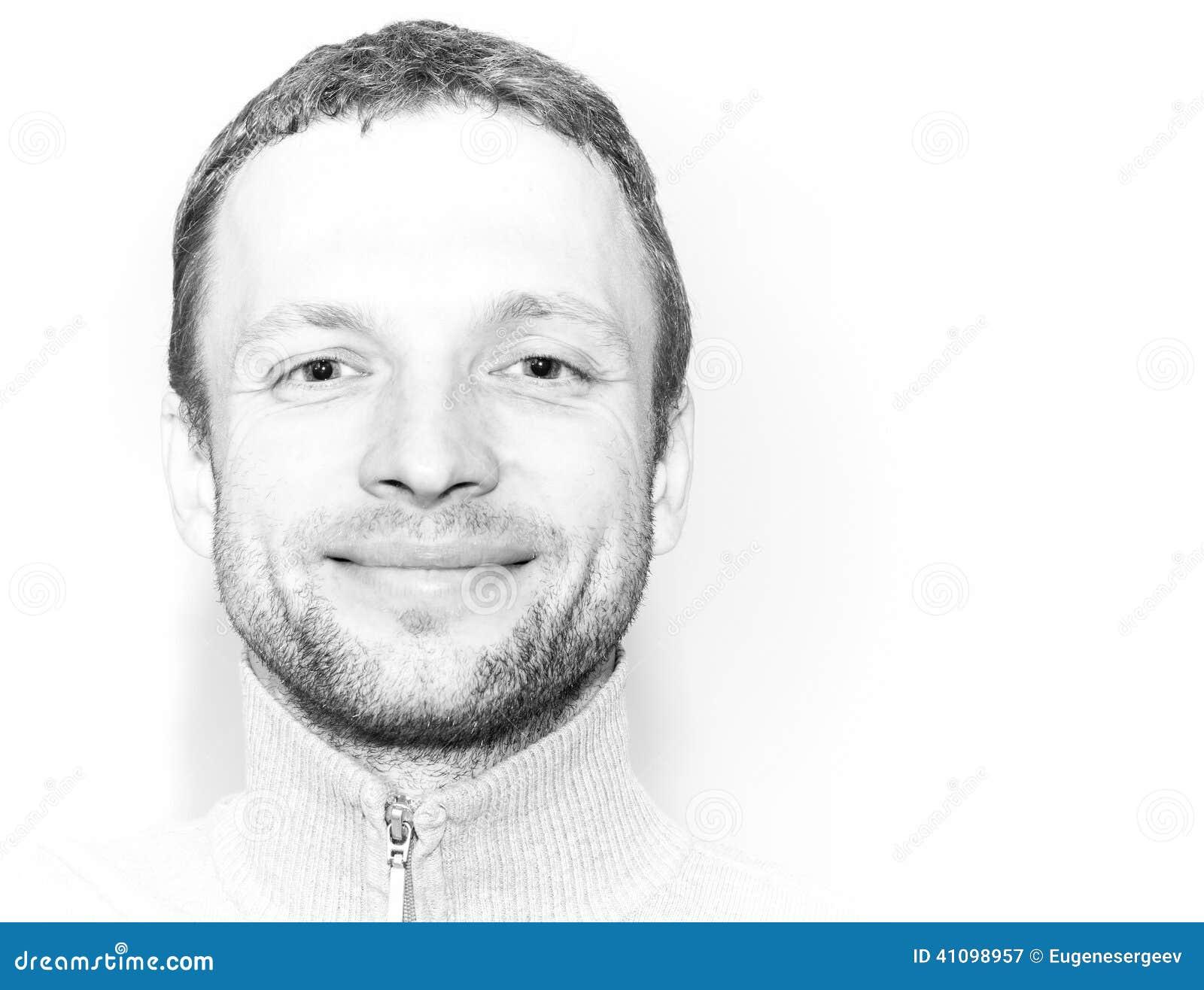 Homem caucasiano novo de sorriso, retrato do close up