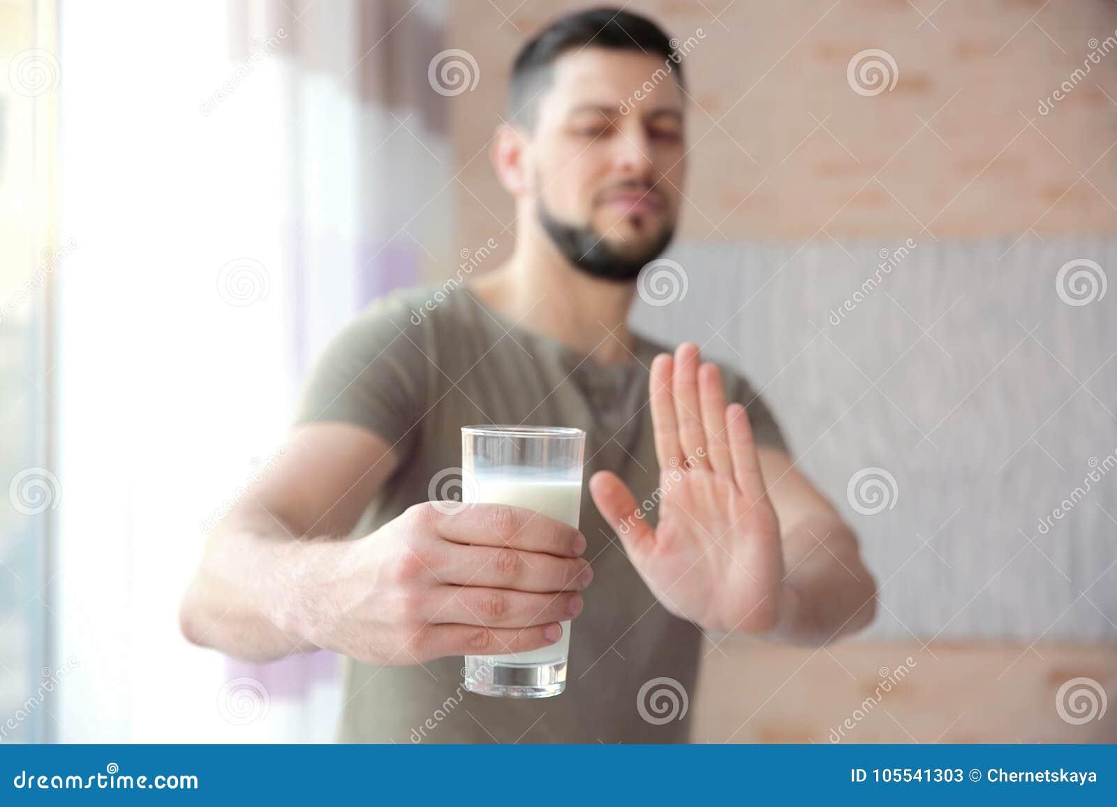 Homem com alergia do leite