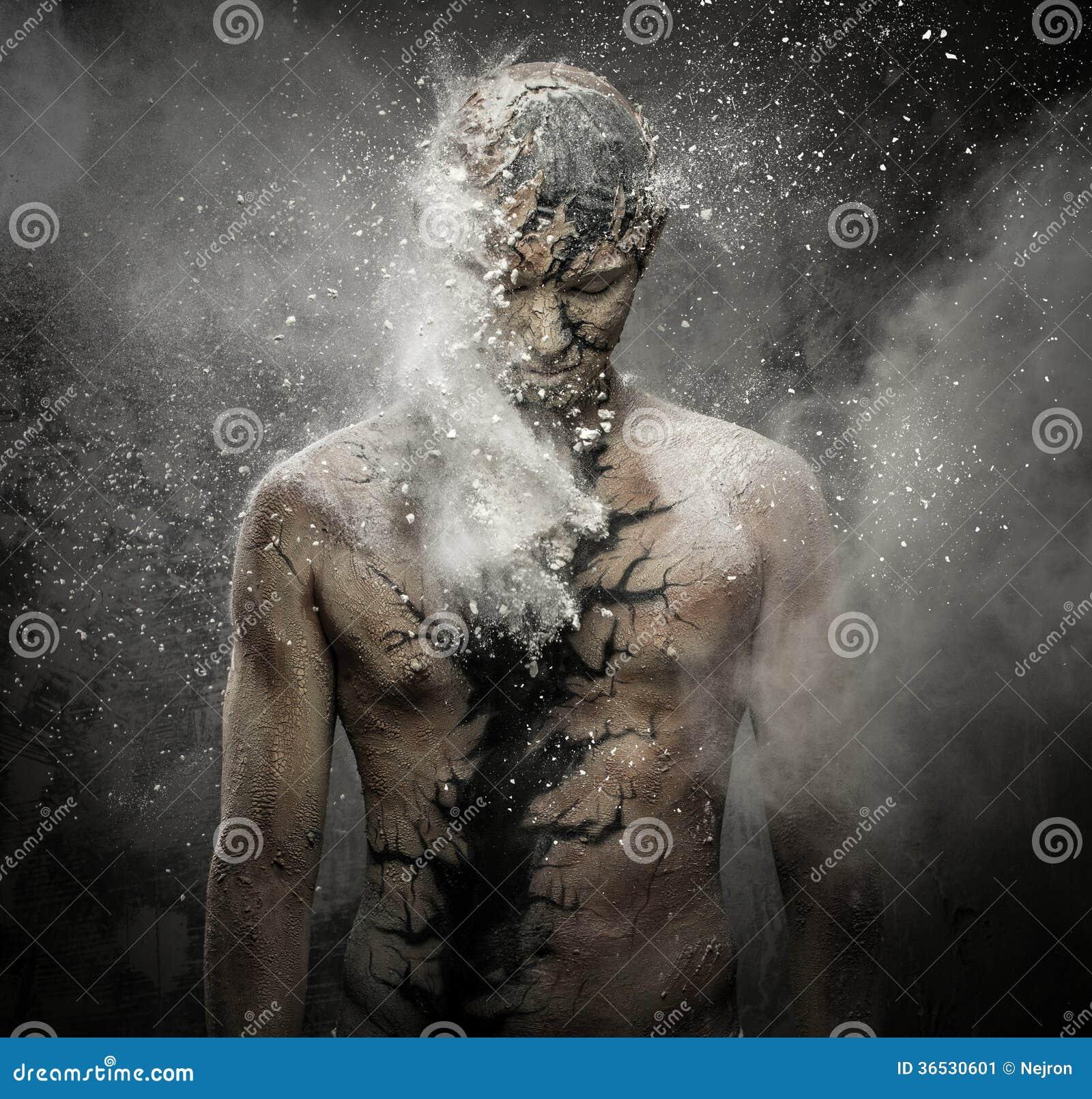Homem com arte corporal espiritual