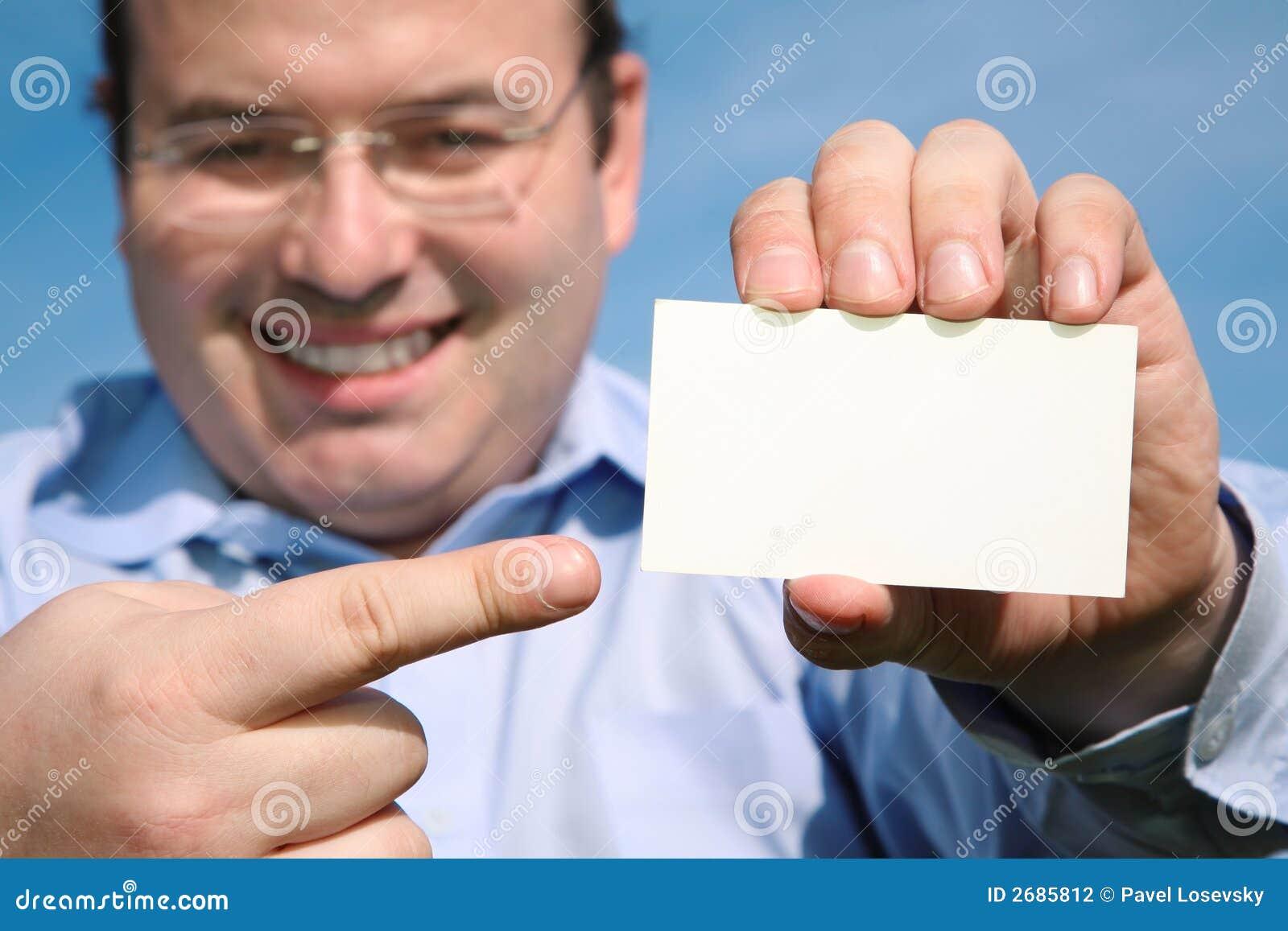 Homem com cartão em branco