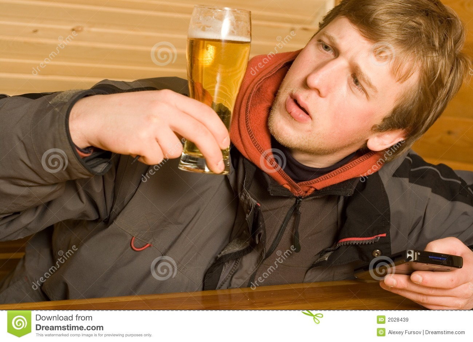 Homem com cerveja e portátil