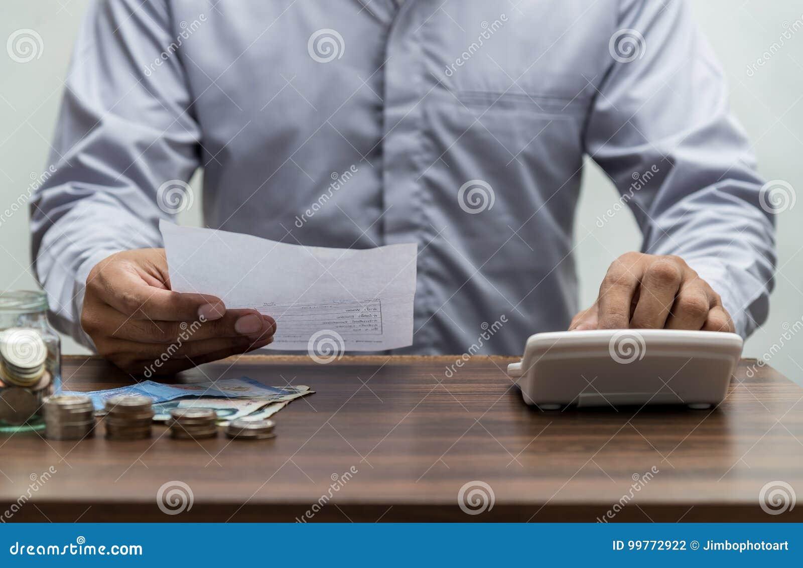 Homem com conta e pilha de moeda no vintage da tabela do escritório para negócios