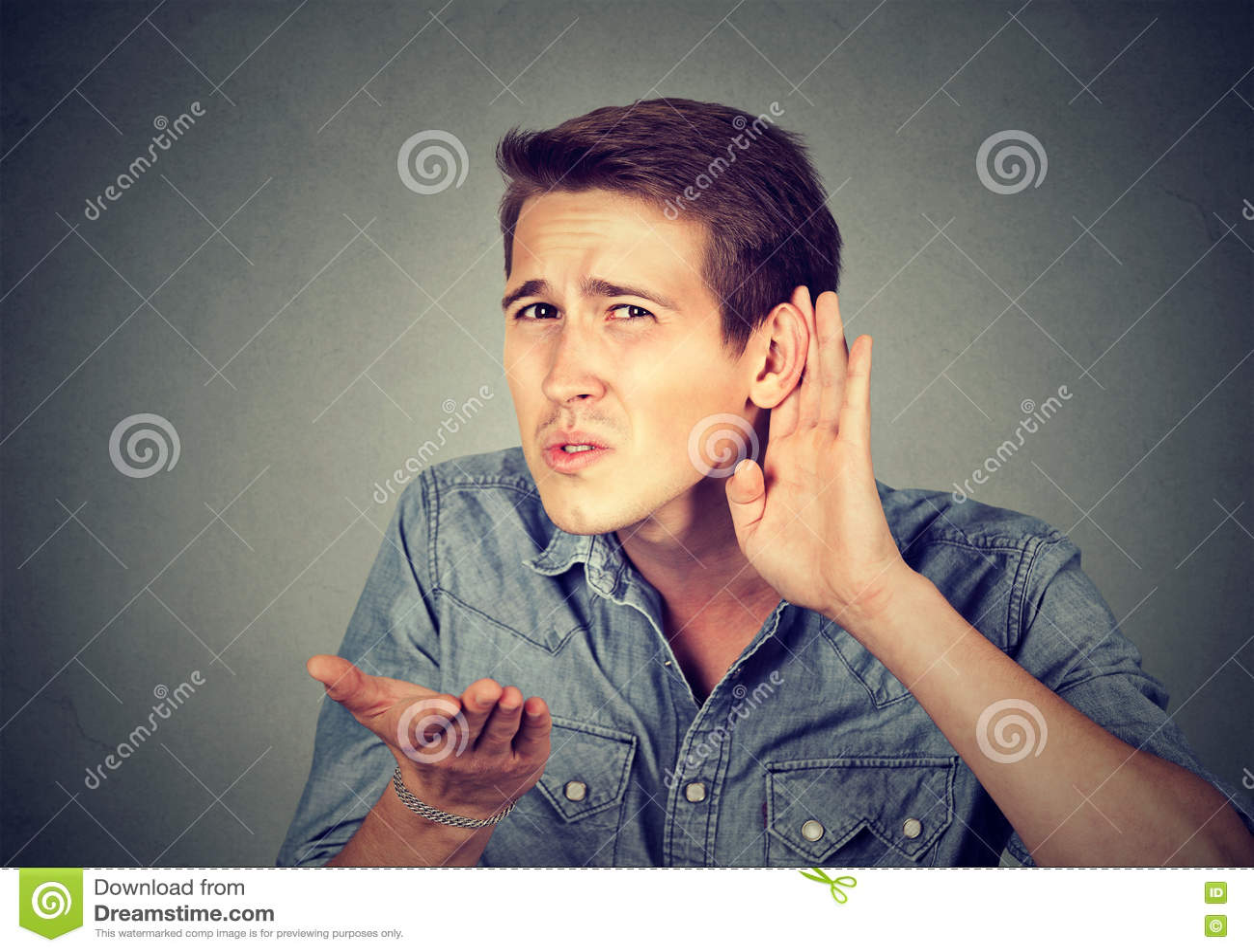 Homem com deficiência auditiva que coloca a mão na orelha que pede que alguém fale acima