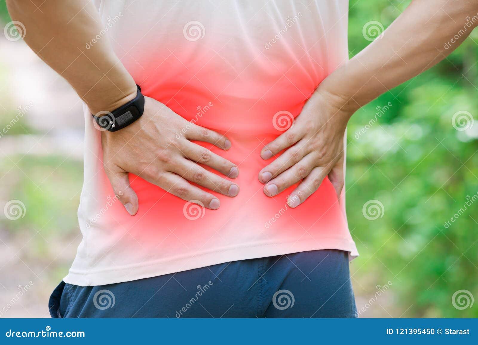 Homem com dor nas costas, inflamação do rim, traumatismo durante o exercício