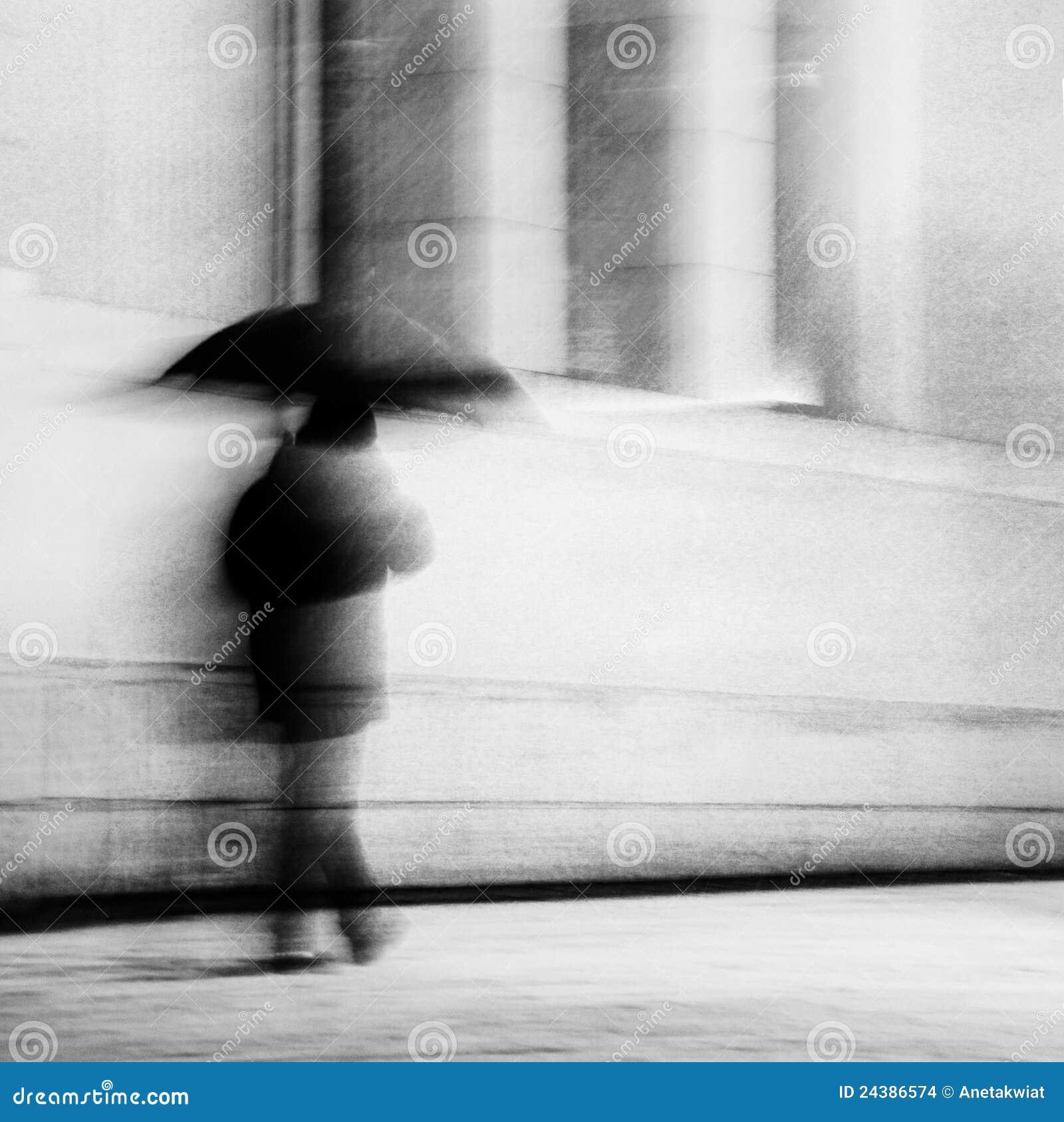 Homem com guarda-chuva