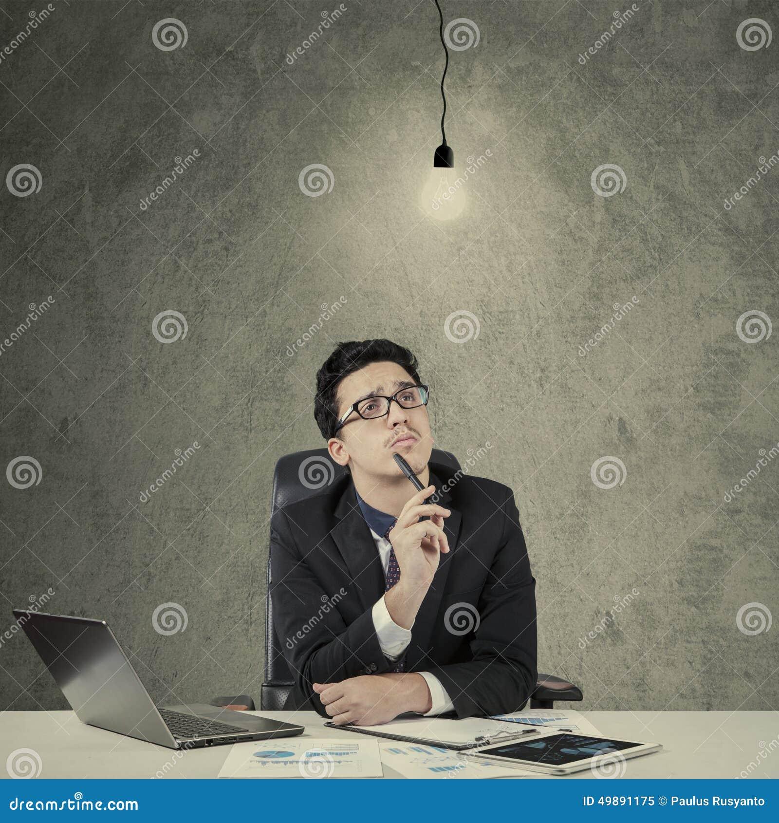 Homem com a lâmpada que simboliza a descoberta
