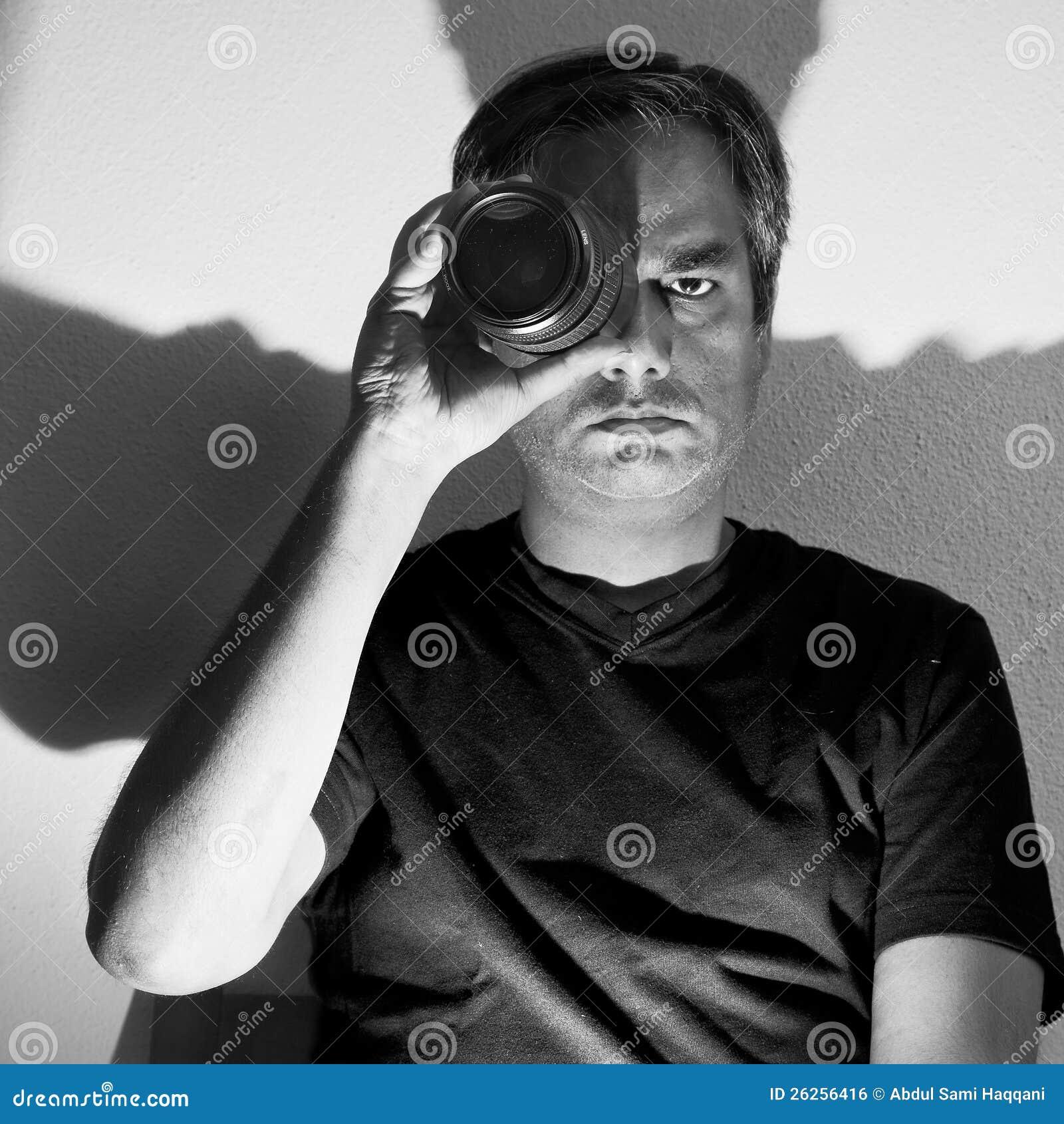 Homem com lente