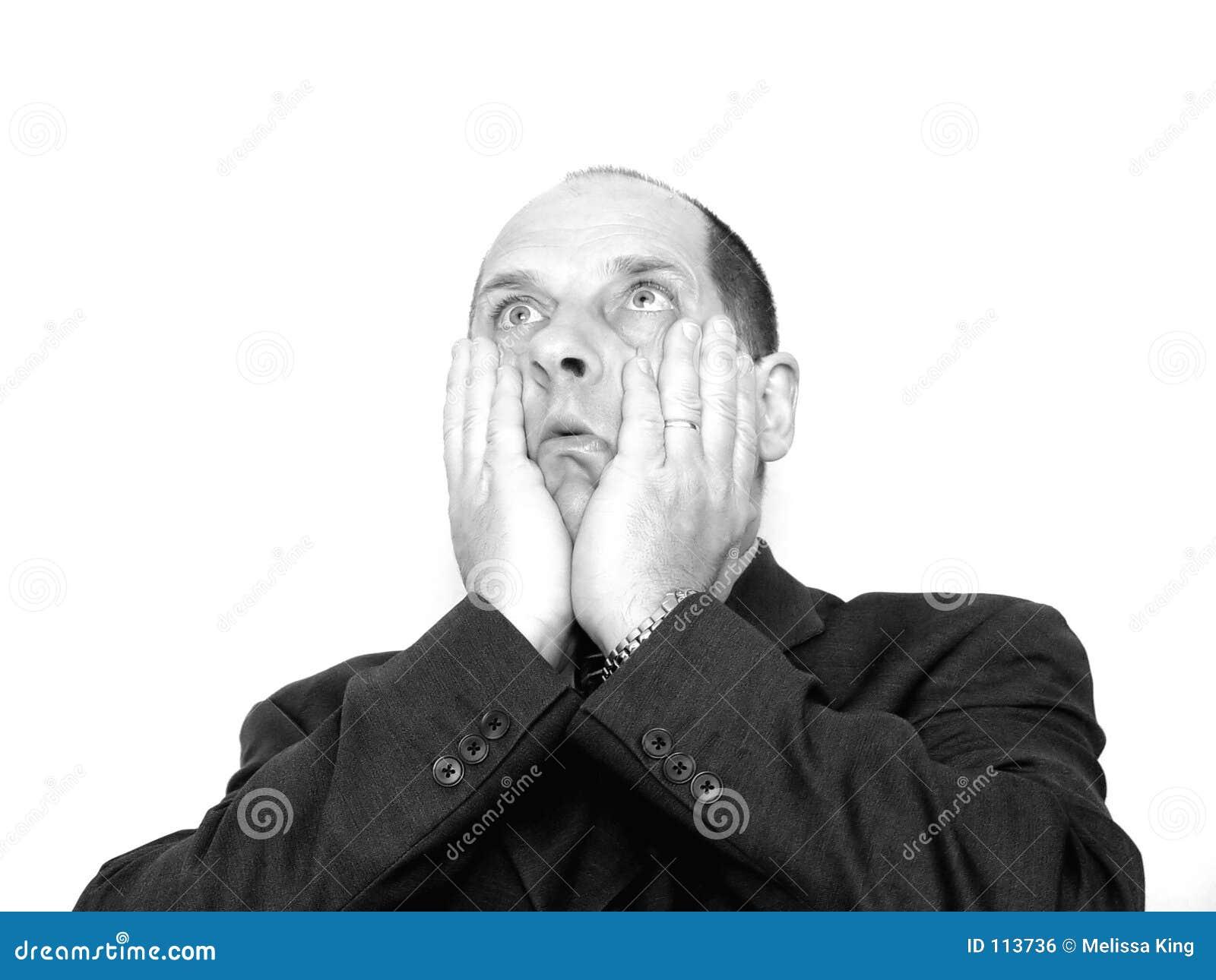 Homem com mãos na face