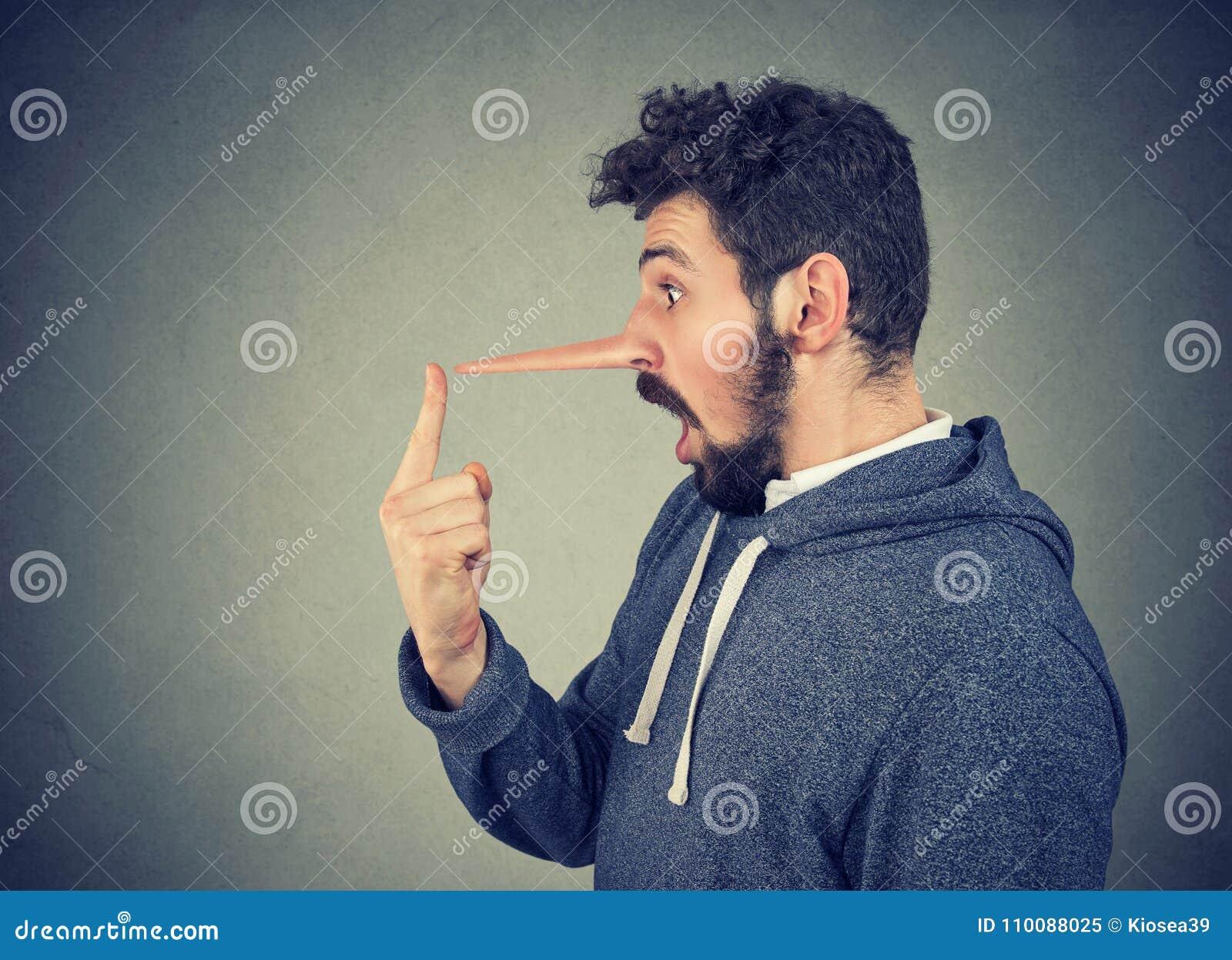 Homem com nariz longo Conceito do mentiroso