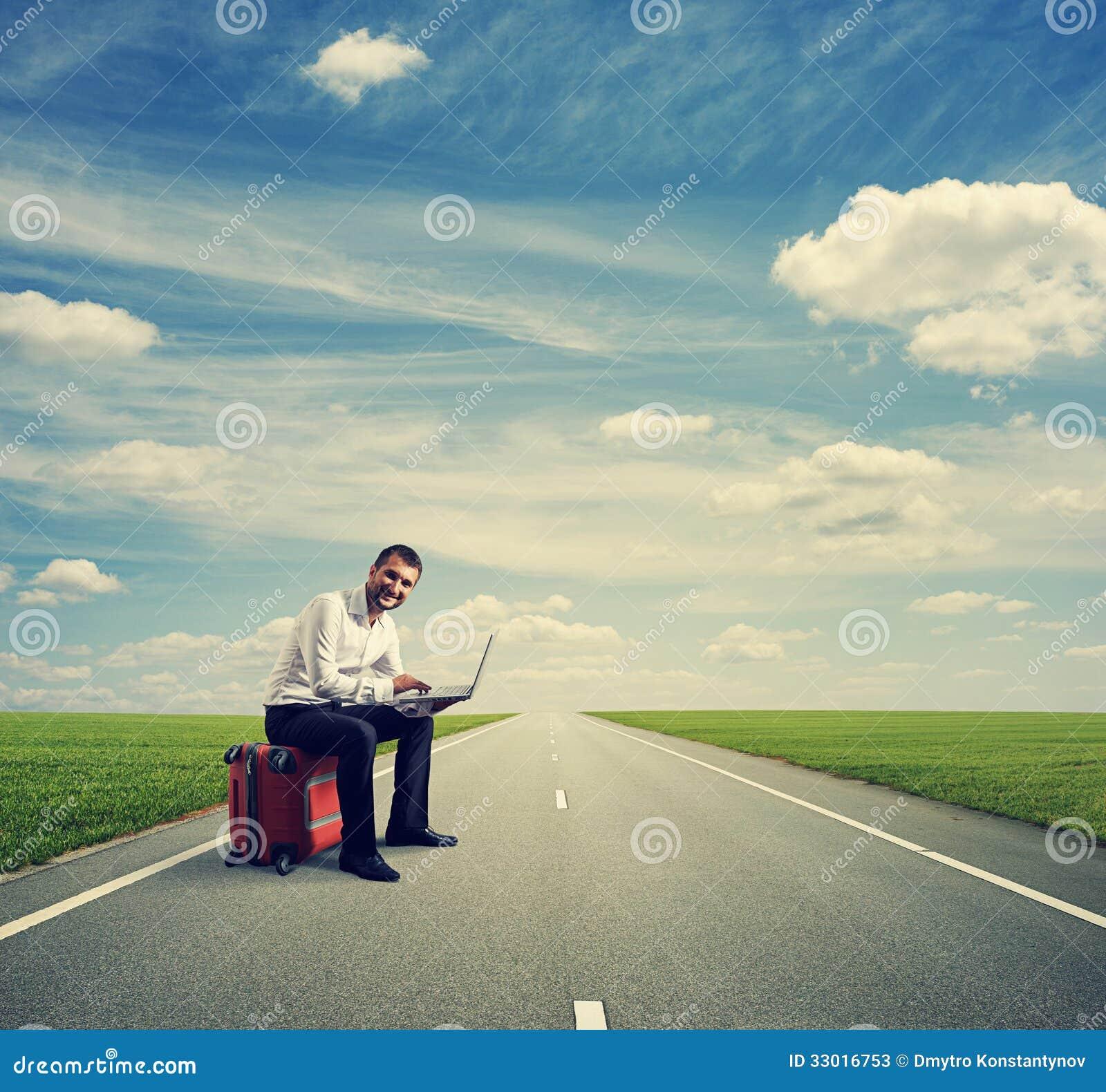 Homem com o portátil no estrada