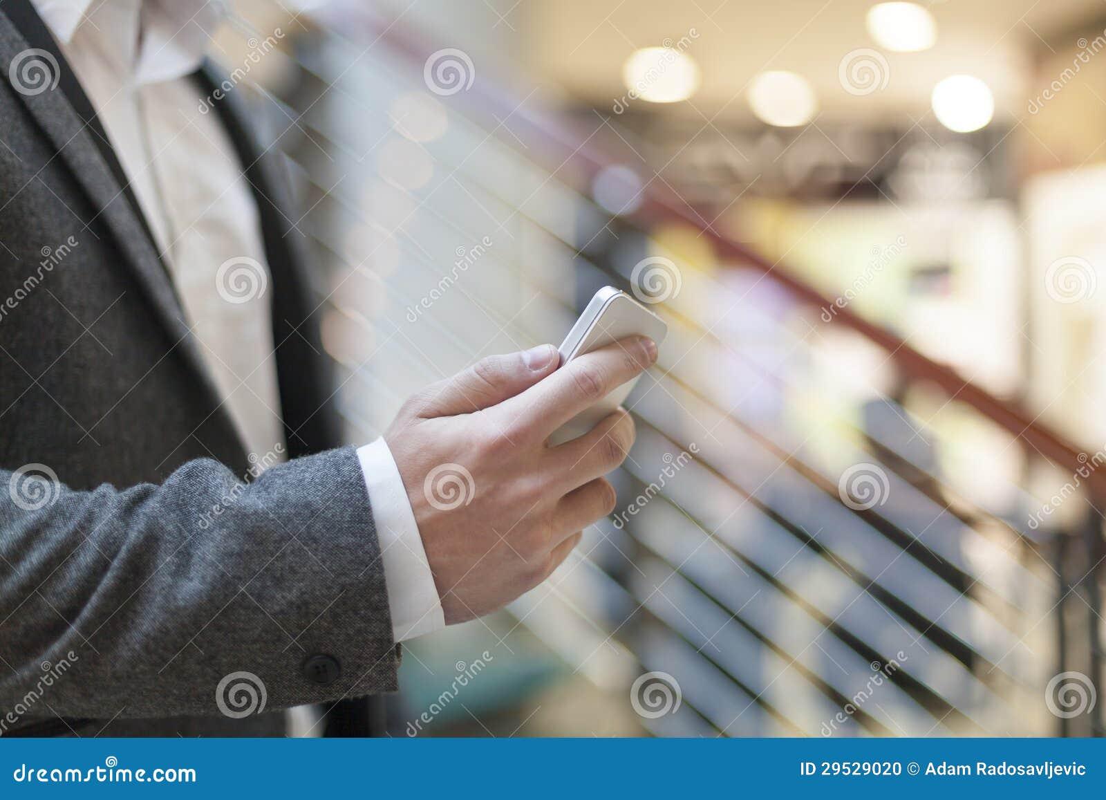 Homem com o smartphone na construção do negócio