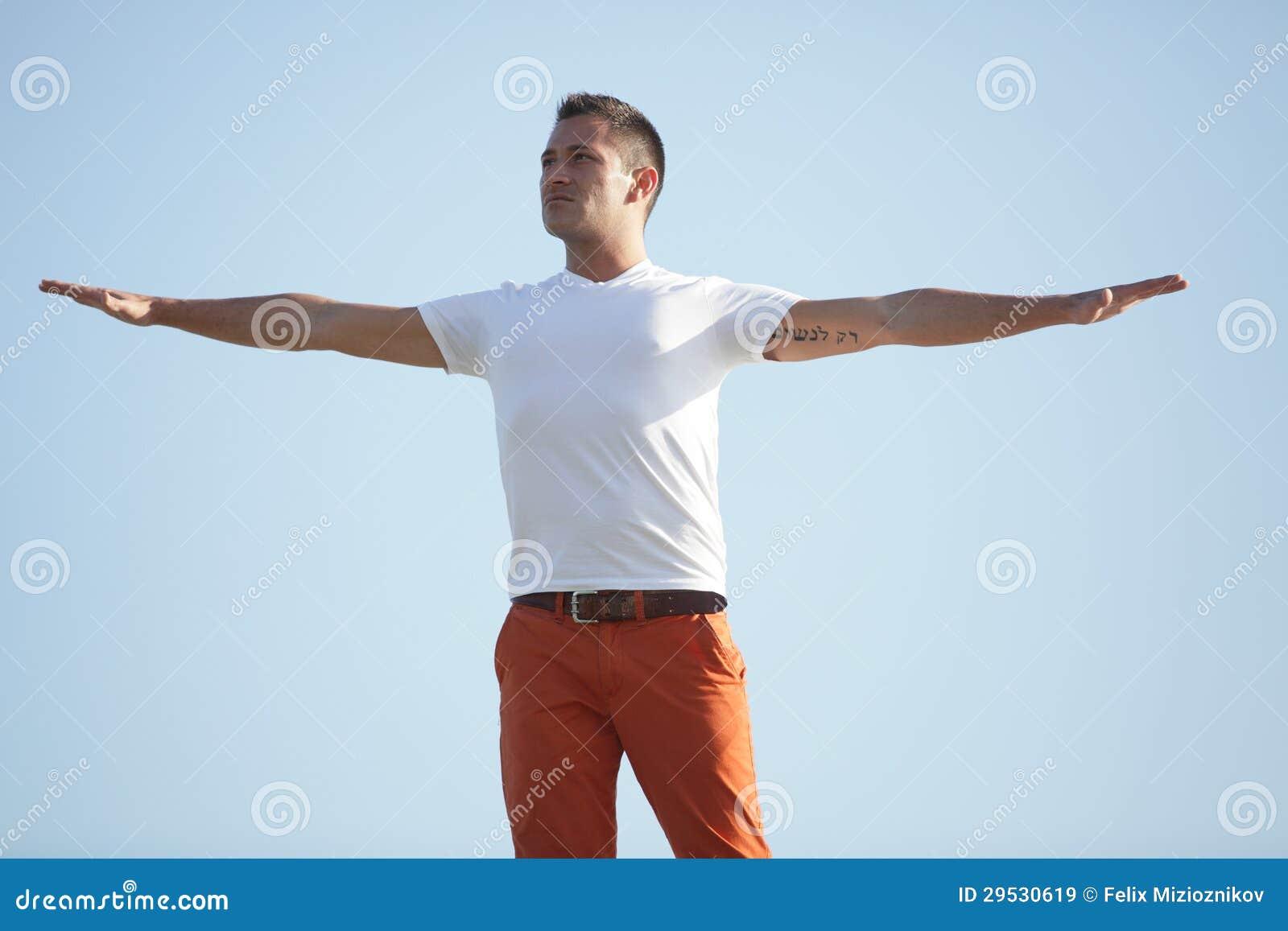 Homem com os braços outstretched