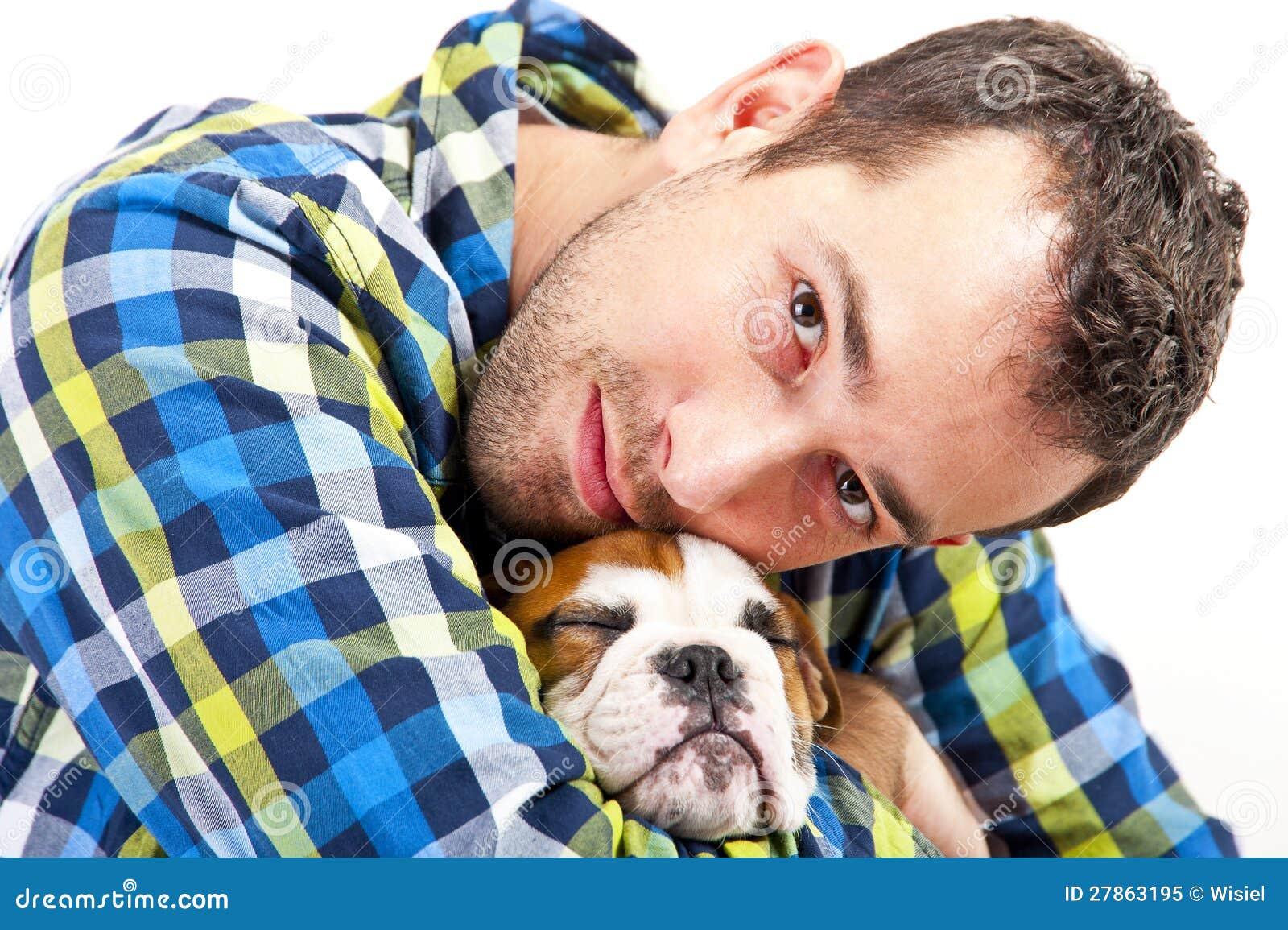 Homem com seu cão no fundo branco