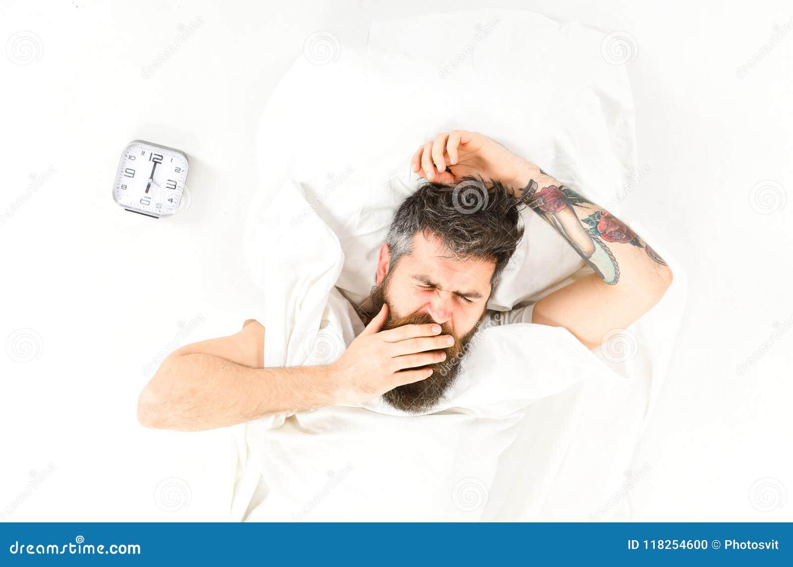 Homem com sono da tatuagem, manhã, necessidade de levantar-se