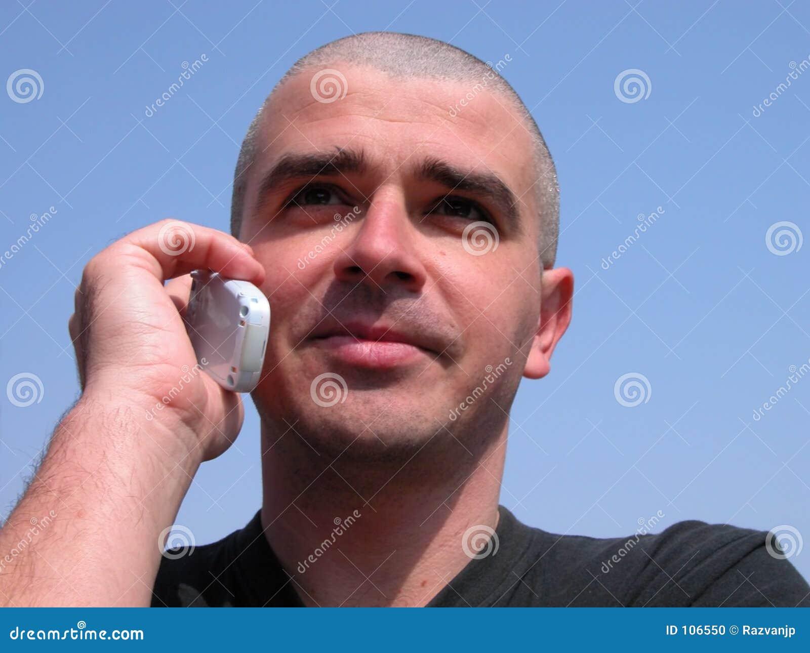 Homem com telefone