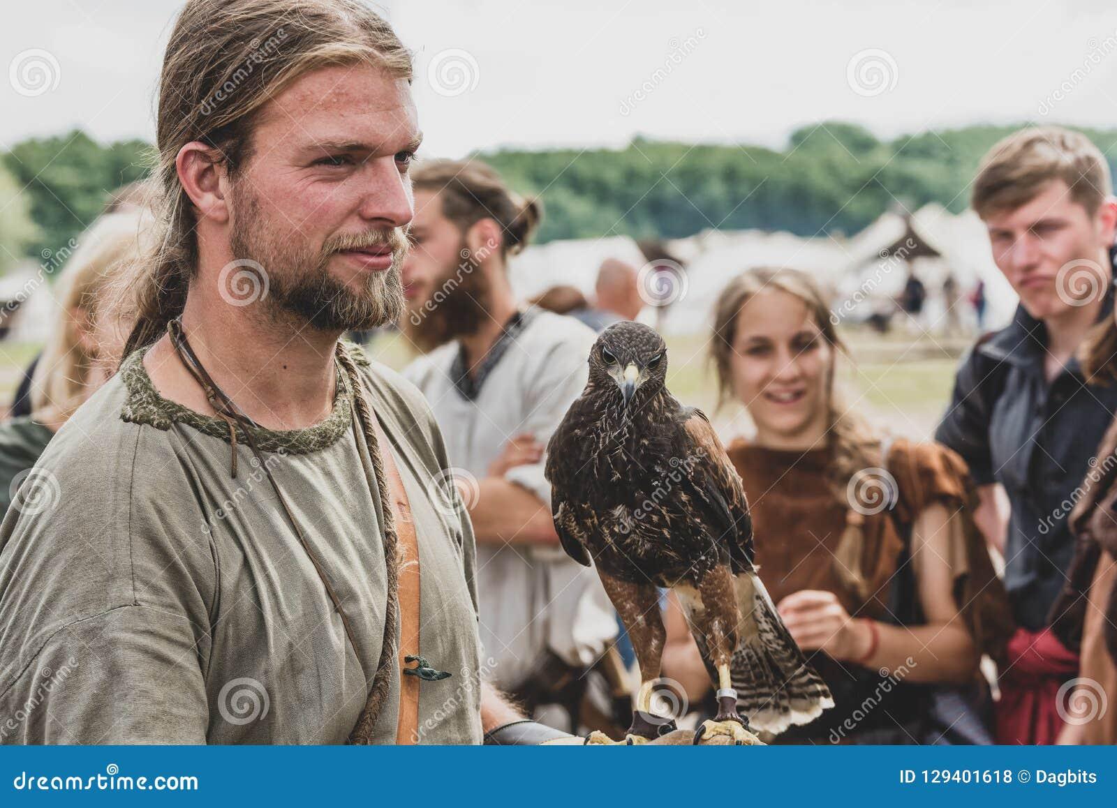 Homem com um falcão em Viking Festival