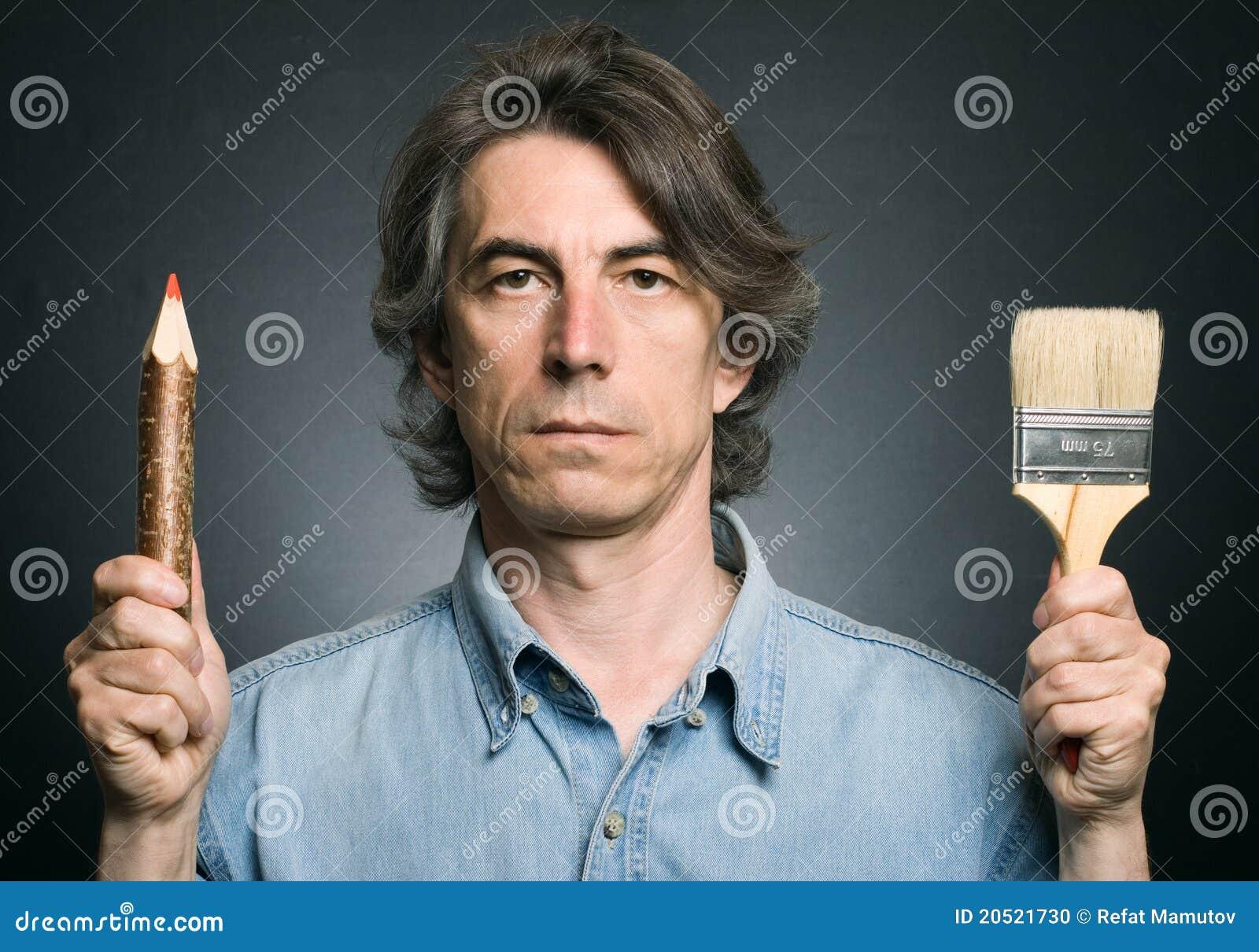 Homem com um lápis e uma escova
