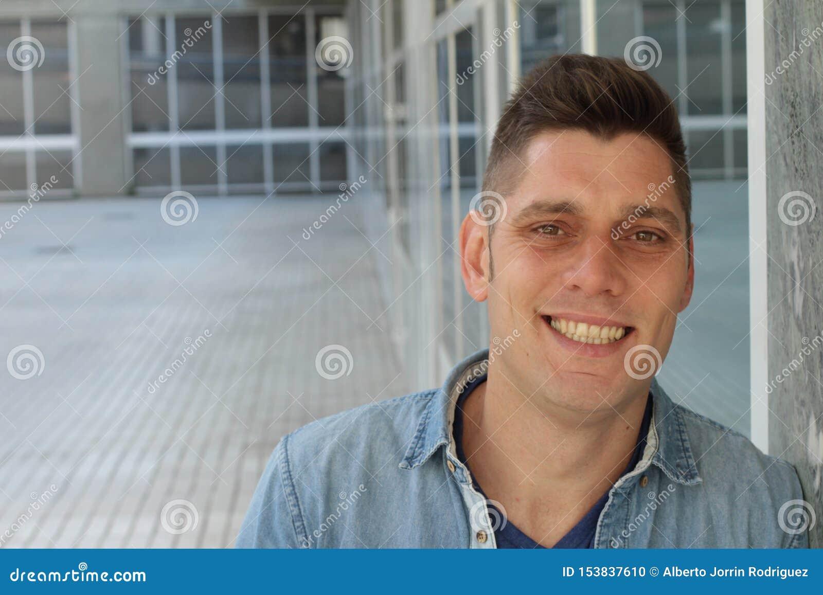 Homem com um sorriso amarelo